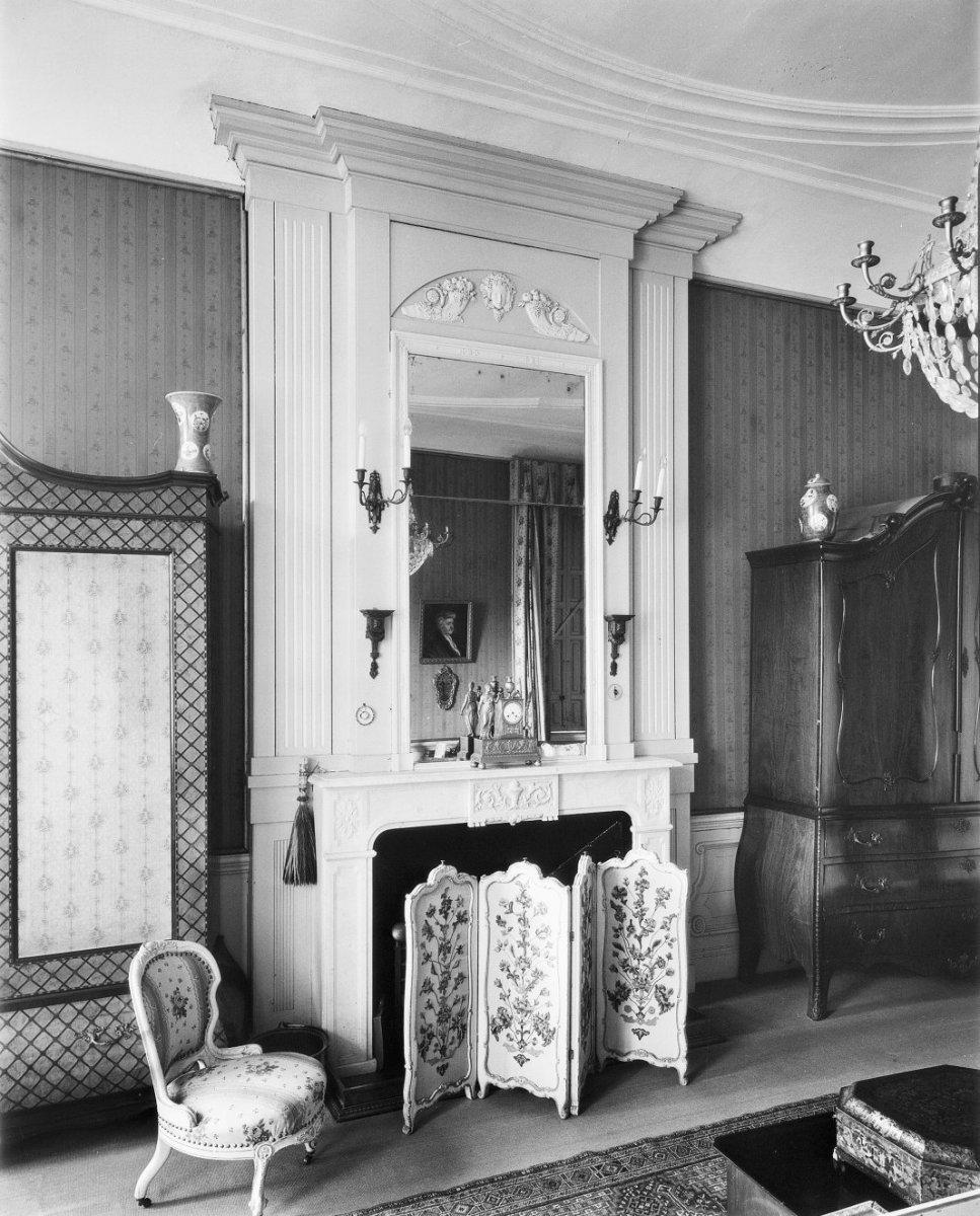 File:Interieur, schouw met spiegel op schouwboezem, haardscherm ...