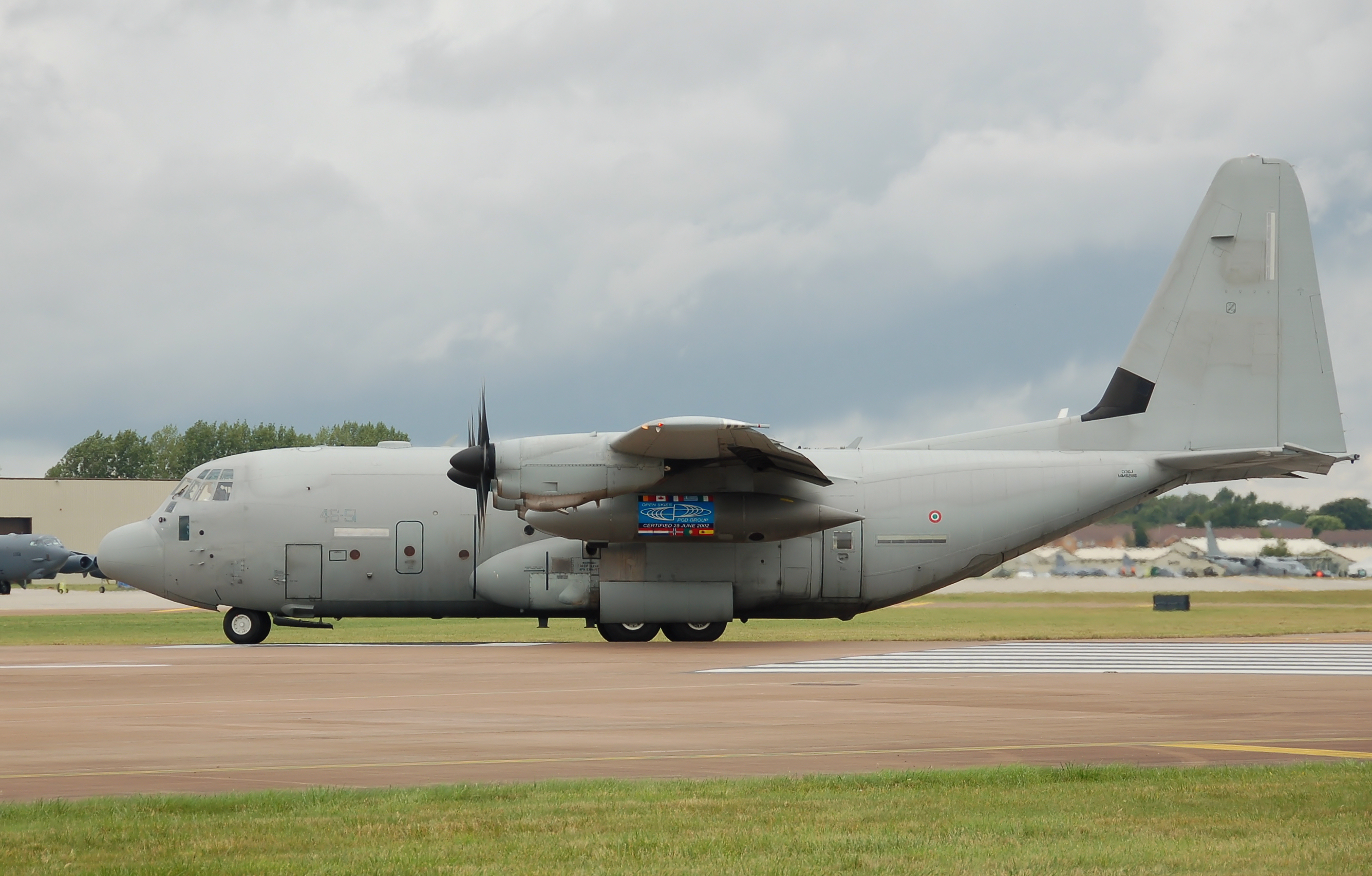 http://upload.wikimedia.org/wikipedia/commons/5/57/Italian_air_force_c-130j_fairford2009_arp.jpg