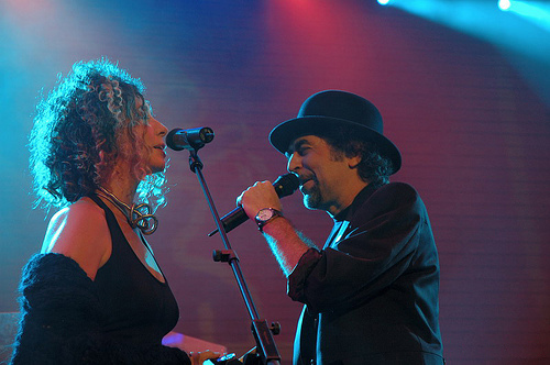 Olga Román y Joaquín Sabina durante un concierto.