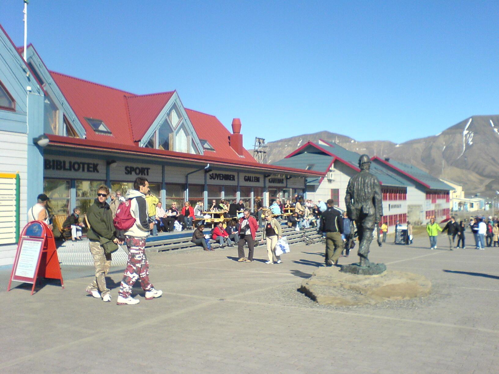 File:Longyearbyen main street.JPG - Wikipedia