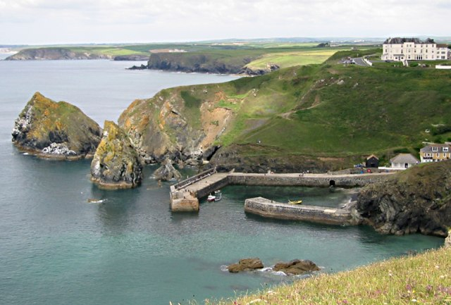 File:Mullion Cove Harbour - geograph.org.uk - 266470.jpg