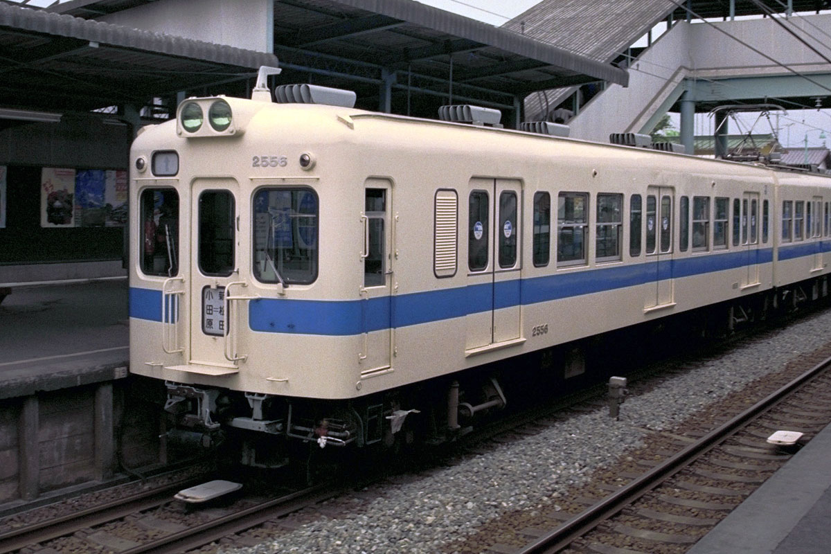 https://upload.wikimedia.org/wikipedia/commons/5/57/Odakyu-railway-emu-kuha2556.JPG