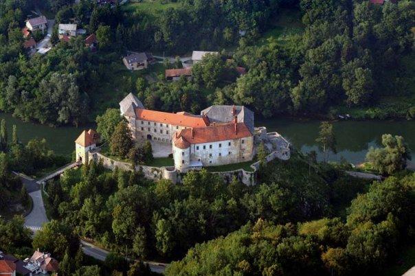 Datoteka:Burg Ozalj mit den Eisenbahntunnel.JPG