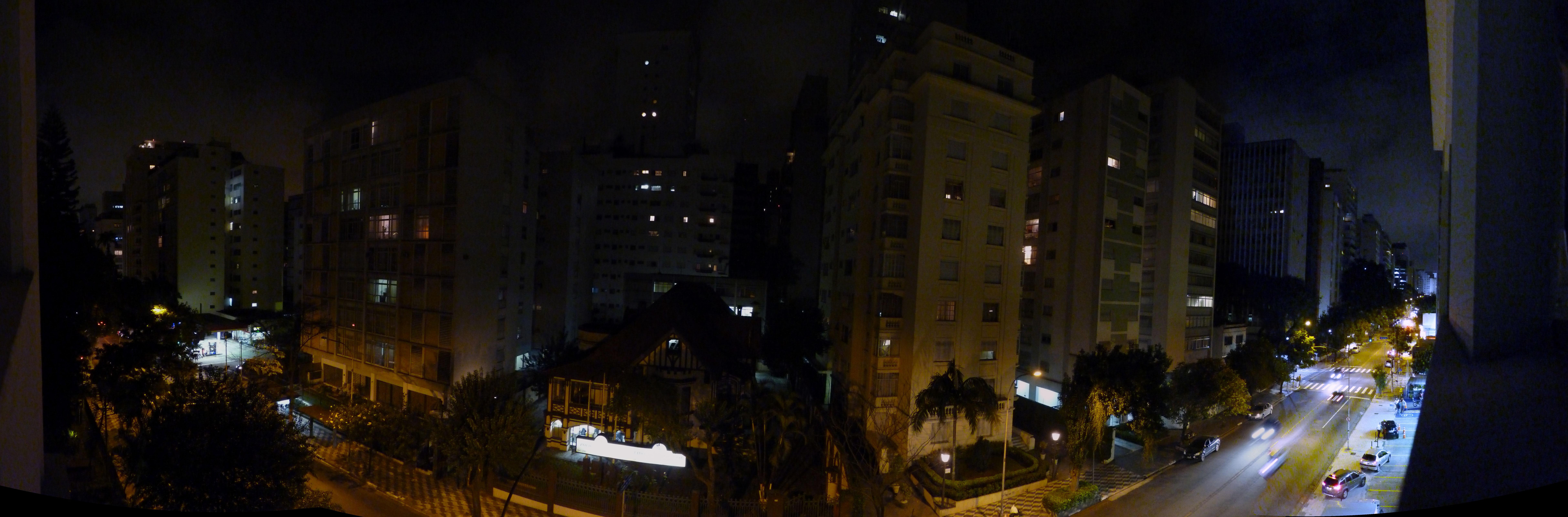 Foto Panorâmica noturna da Avenida Angélica em São Paulo.