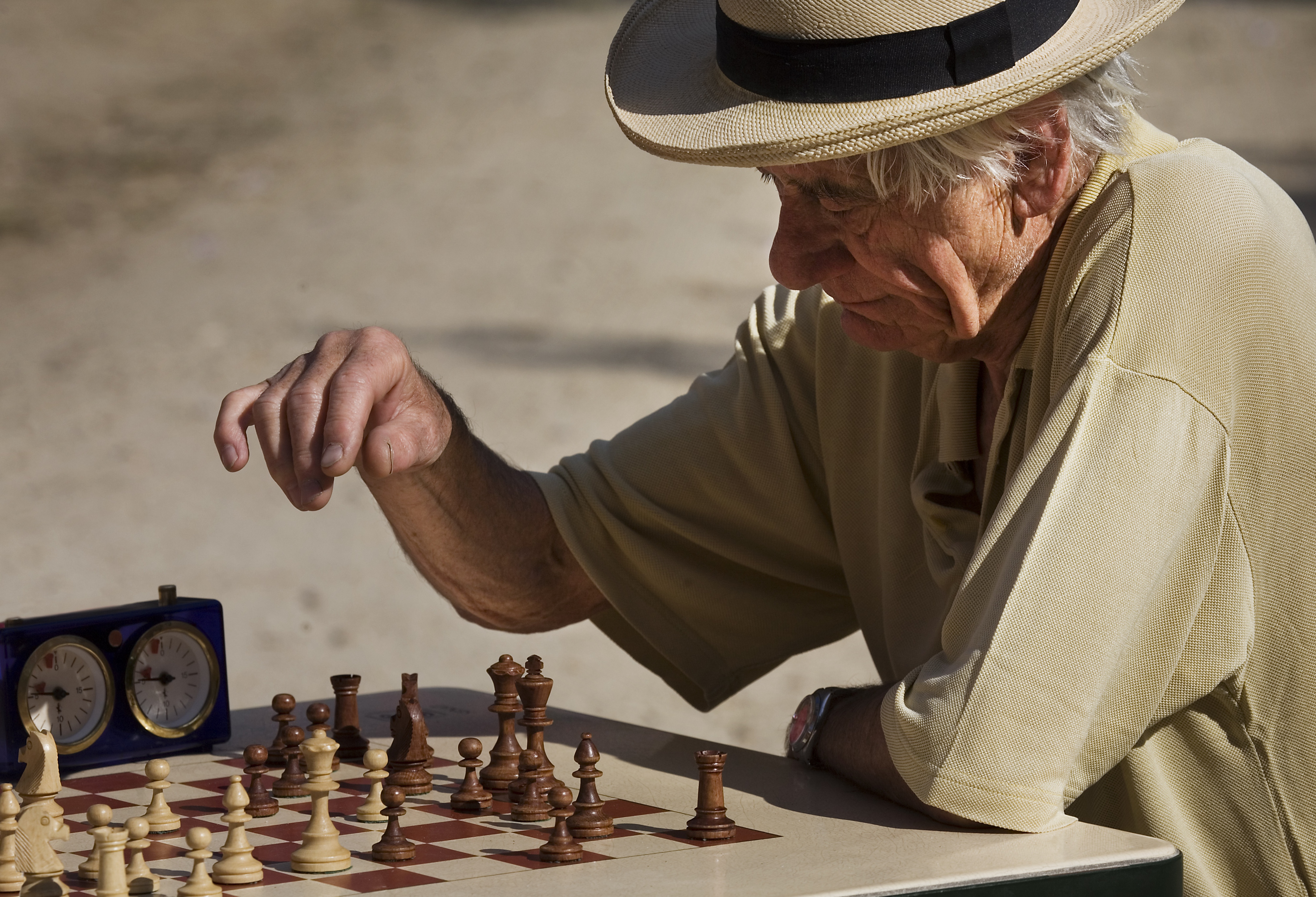 File:Paris - Playing chess at the Jardins du Luxembourg ...