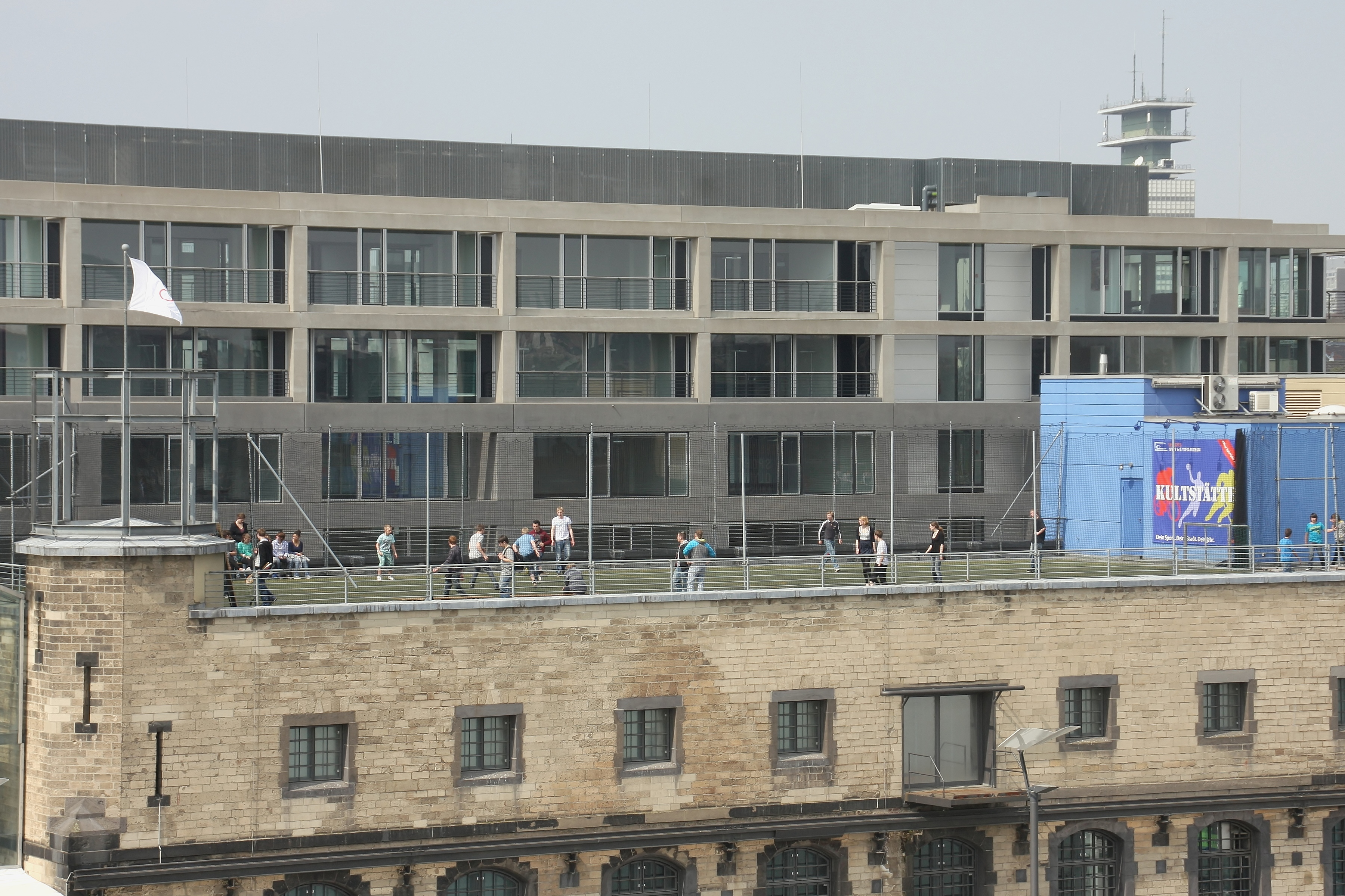 file rheinauhafen sport und olympiamuseum sportplatz auf dem dach 8704 jpg wikimedia