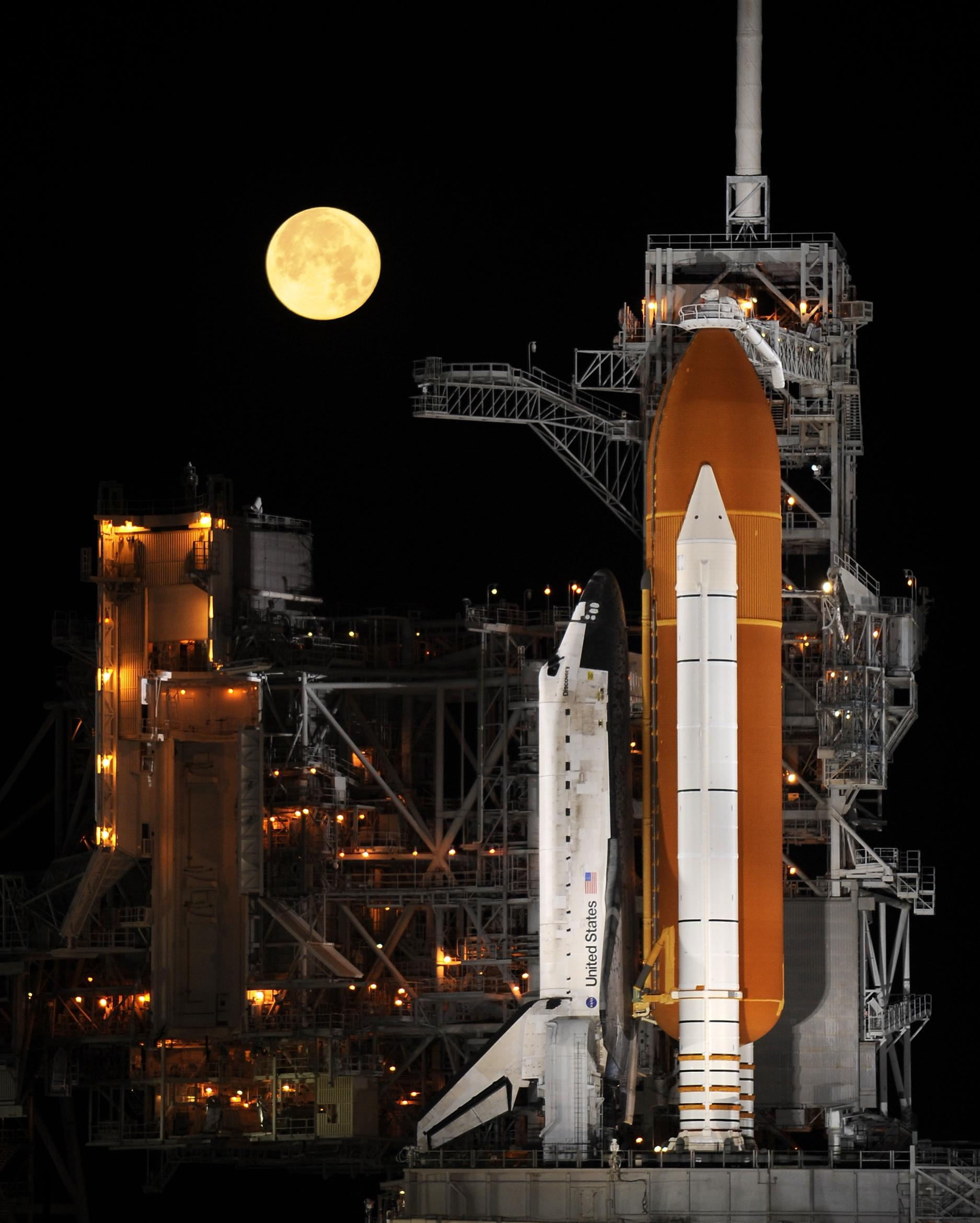 File:Space Shuttle Discovery under a full moon, 03-11-09.jpg ...