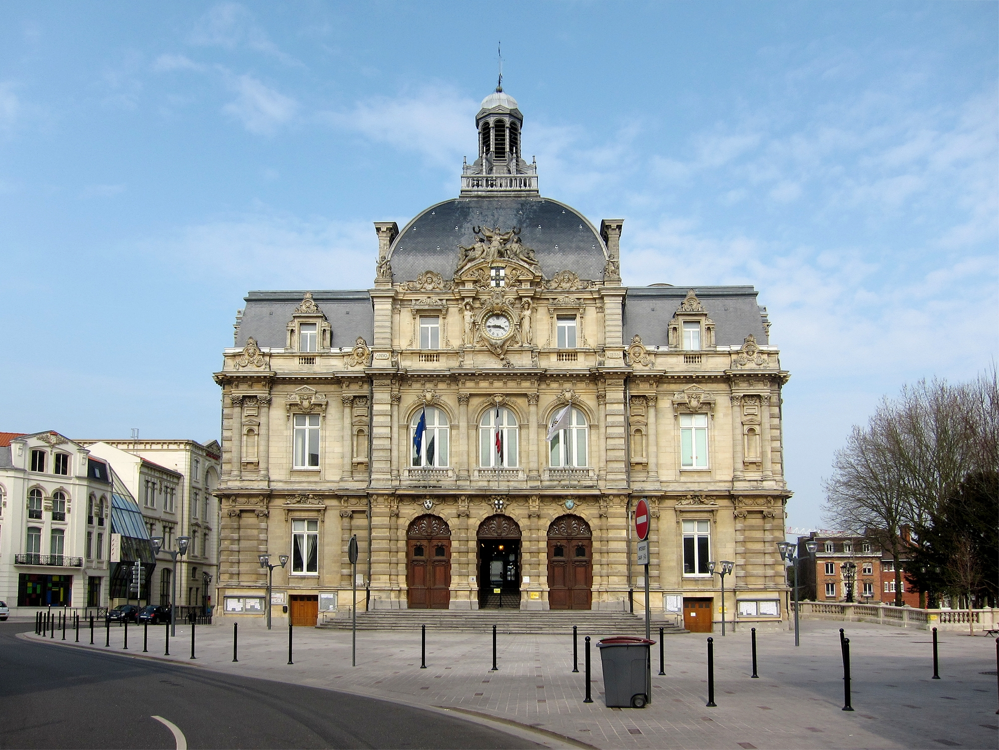 File tourcoing hotel ville face jpg wikimedia commons for Piscine tourcoing