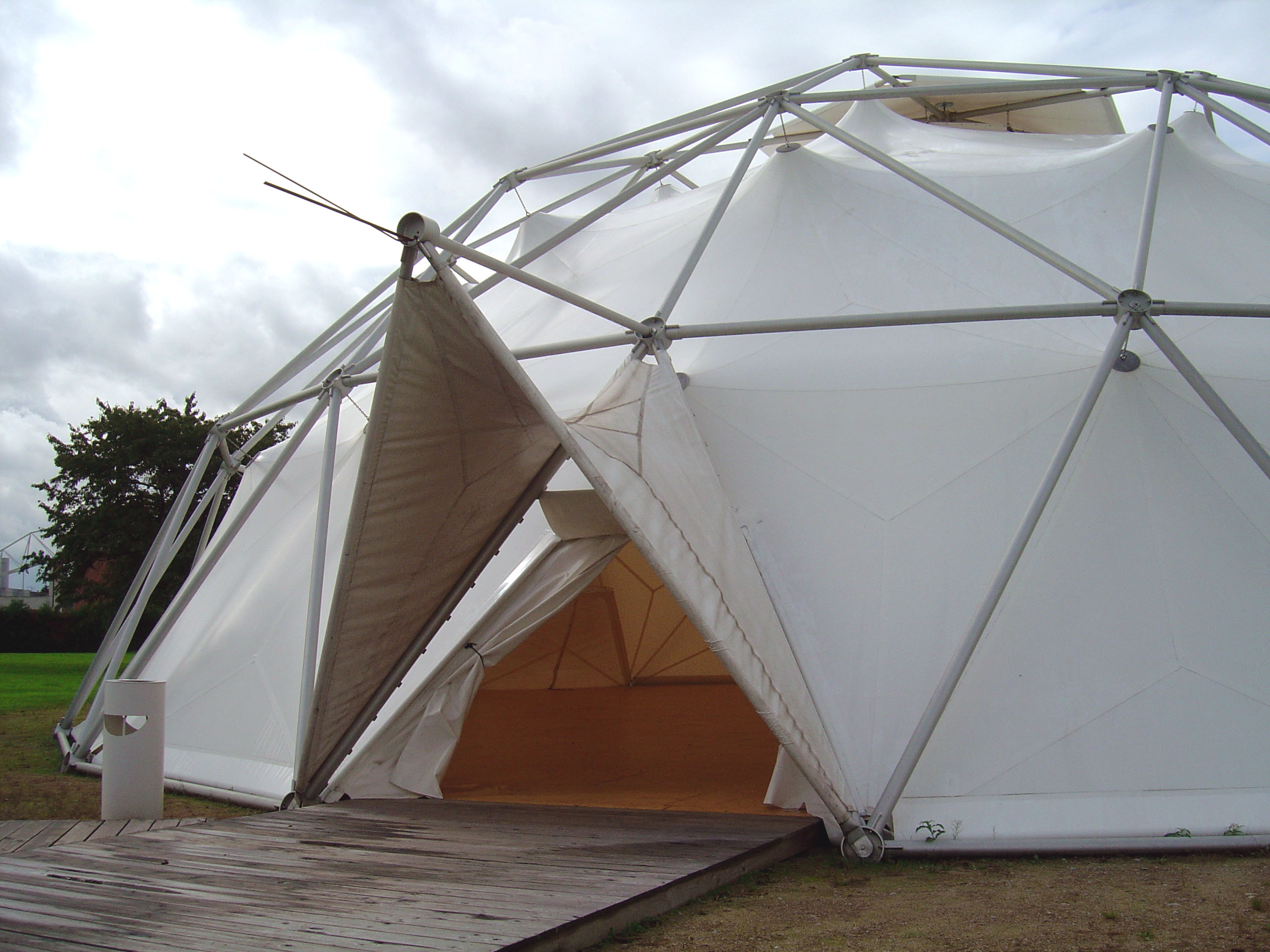 FileVitra geodesic dome.jpg & File:Vitra geodesic dome.jpg - Wikimedia Commons