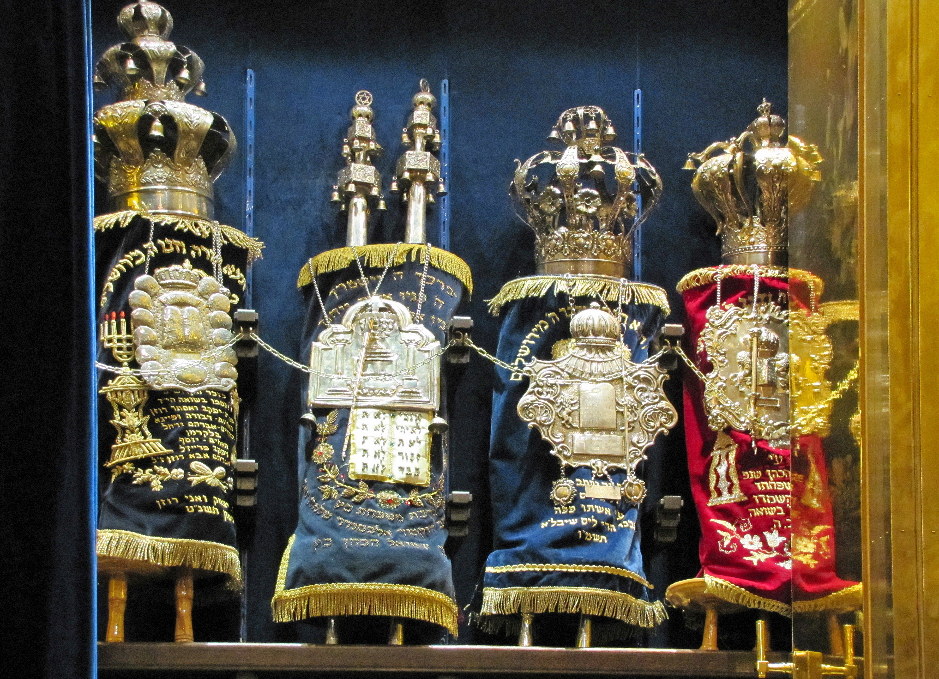 https://upload.wikimedia.org/wikipedia/commons/5/57/Westend-synagoge-toraschrein-2010-ffm-109.jpg