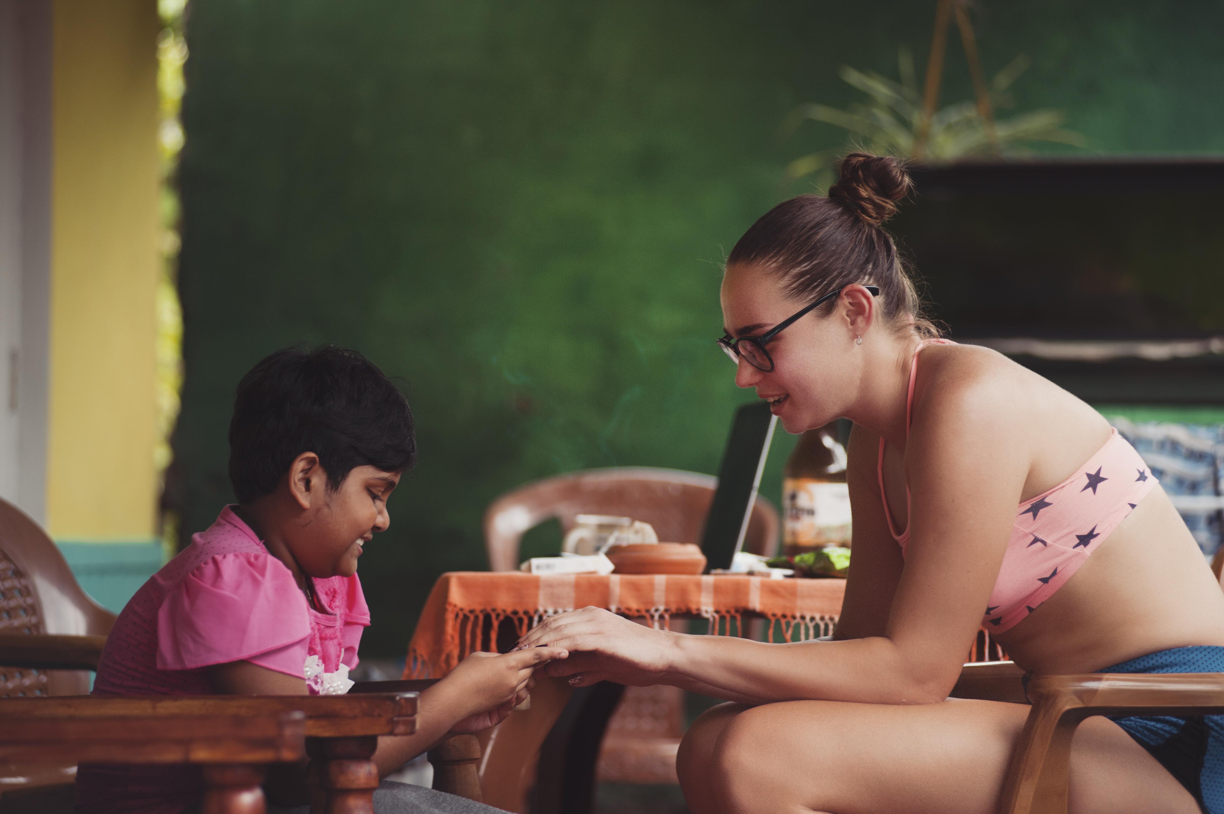 brincando com uma criança Unsplash Uma mulher e uma criança sentadas em cadeiras opostas uma à outra e brincando EXIF expos_time: 1/4000 · make: Nikon