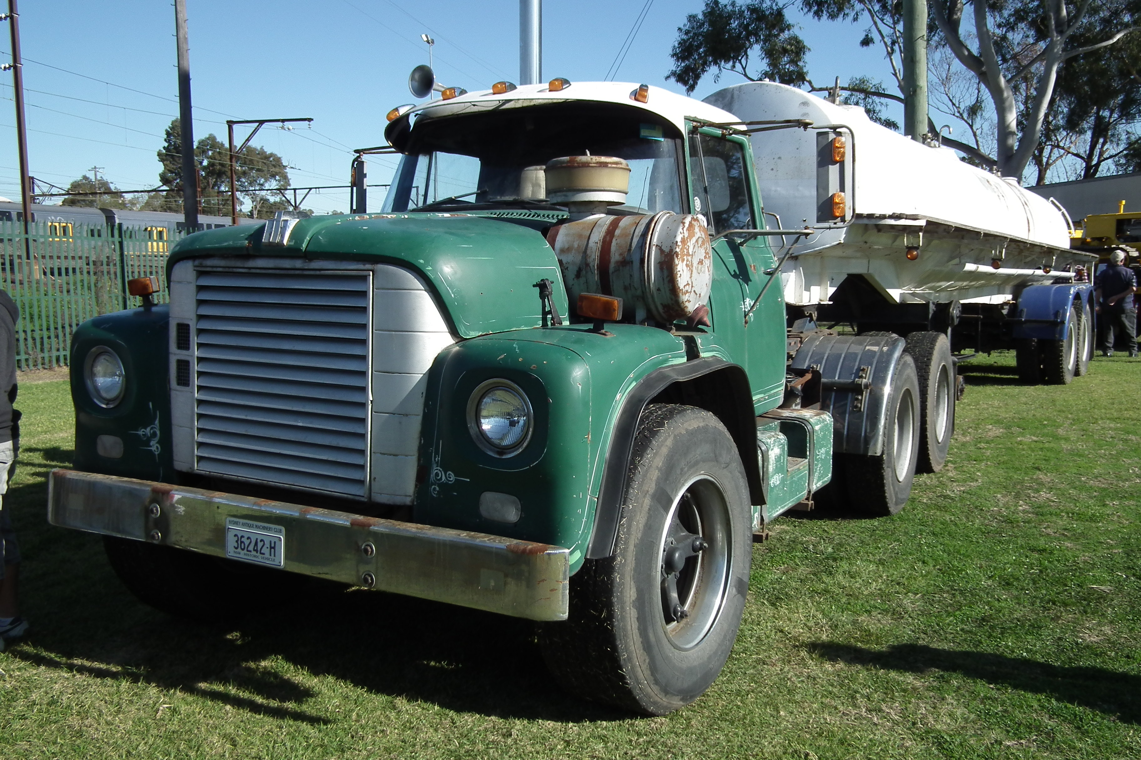 1969_International_Loadstar_1800_prime_m