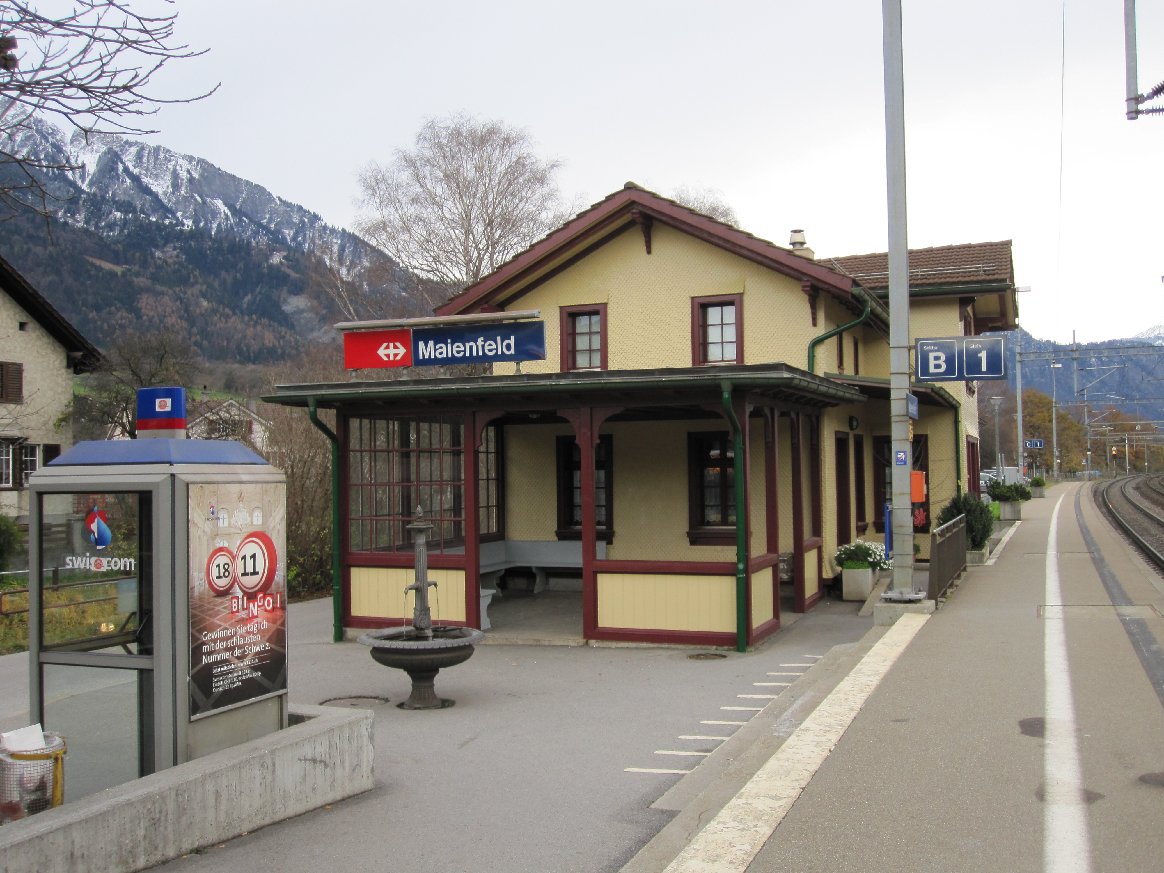 https://upload.wikimedia.org/wikipedia/commons/5/58/Bahnhof_Maienfeld_1.jpg