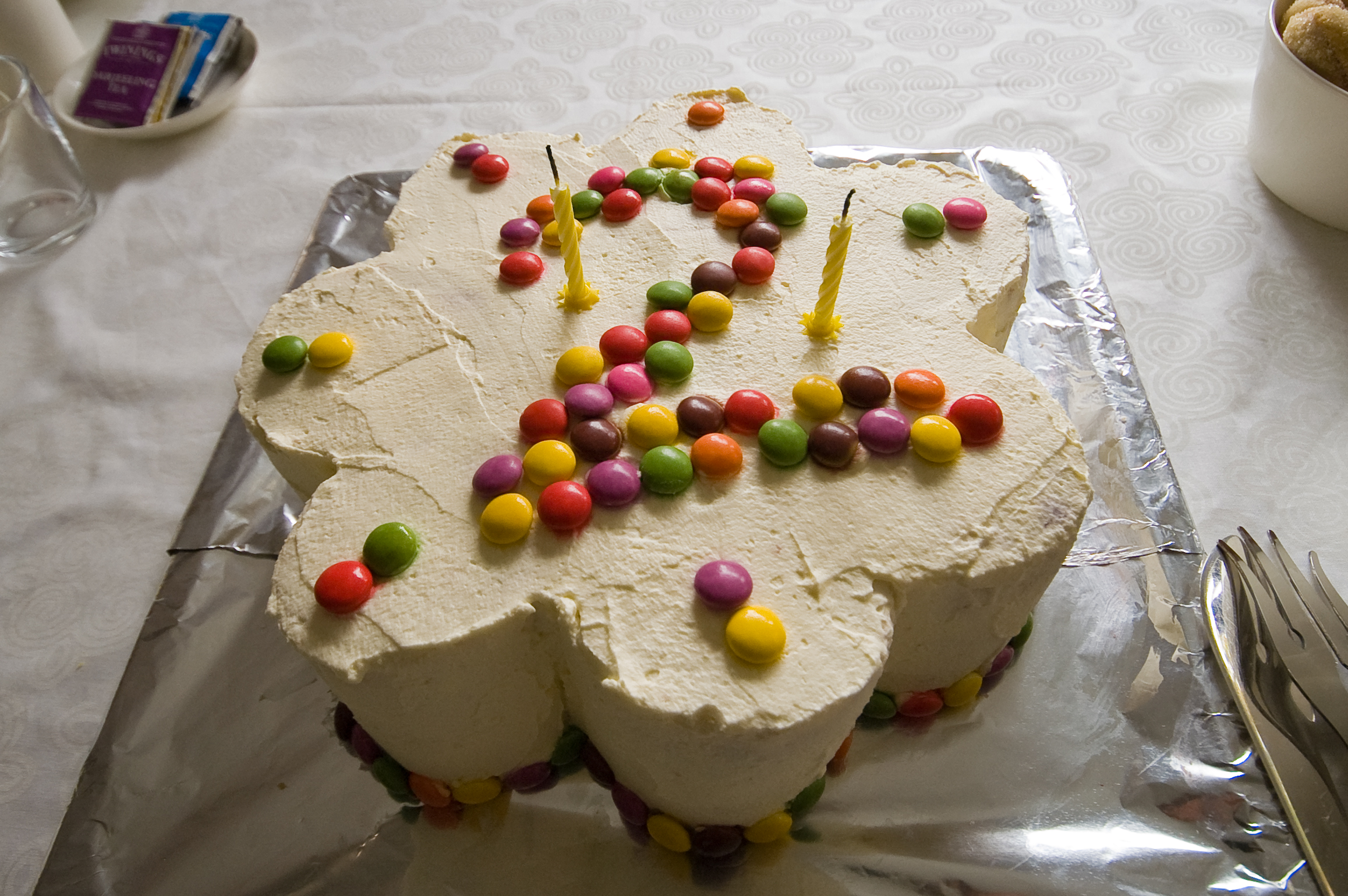 File:Birthday Cake with 2.jpg - Wikimedia Commons