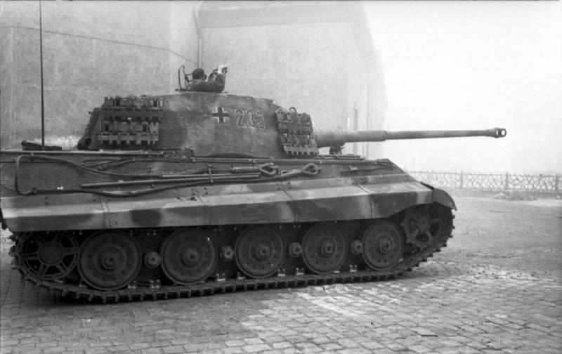 Le Königstiger ( ou Tigre Royal ou Tigre II ) Bundesarchiv_Bild_101I-680-8282A-06,_Budapest,_Panzer_VI_(Tiger_II,_K%C3%B6nigstiger)