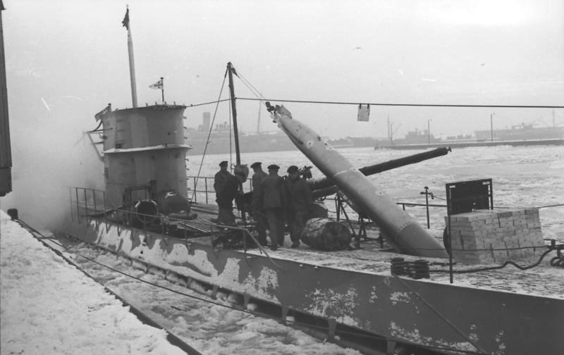 U 96: загрузка торпед из палубных контейнеров