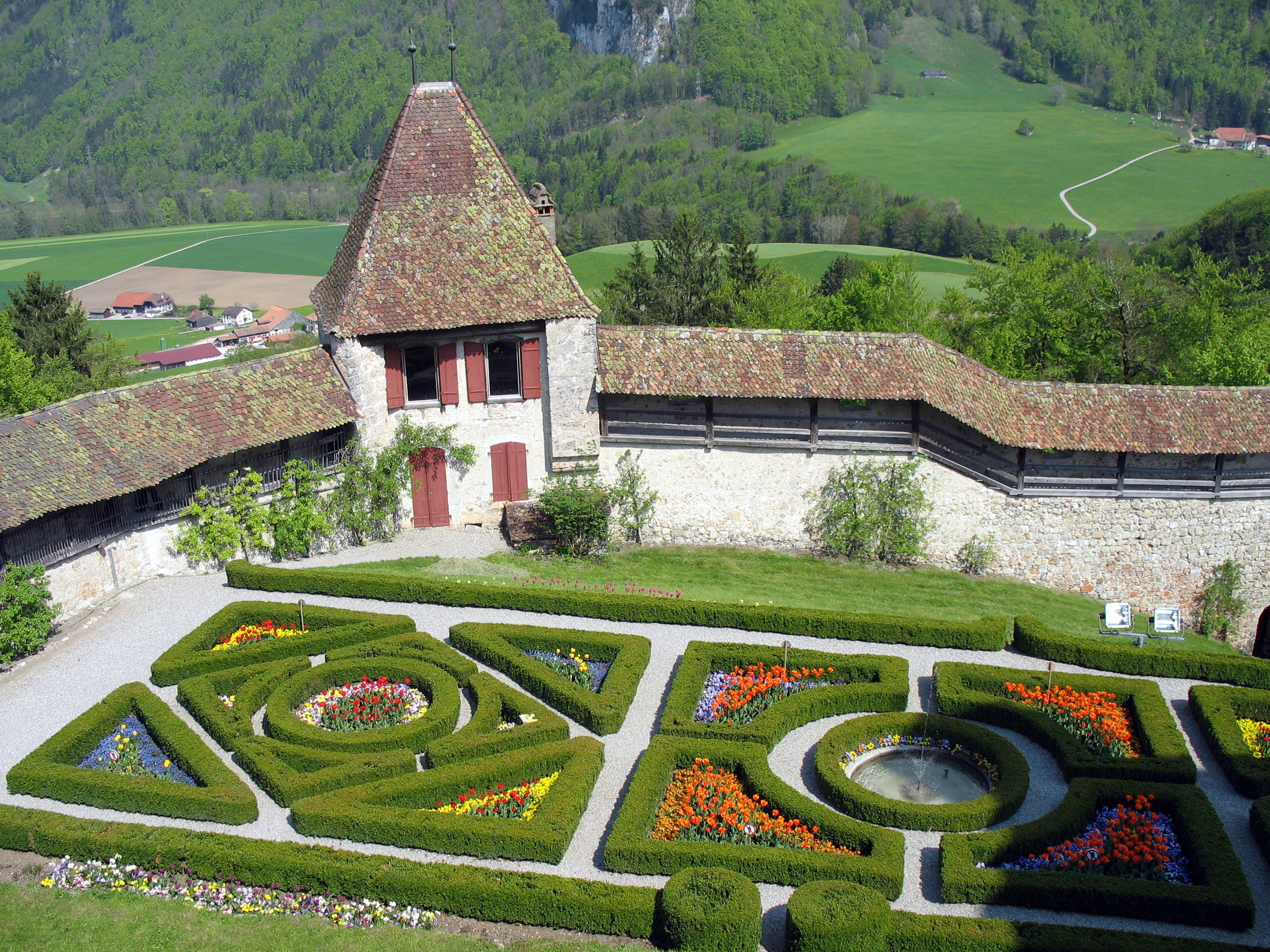 File castle gruyeres french garden wikimedia commons for Jardin a la francaise