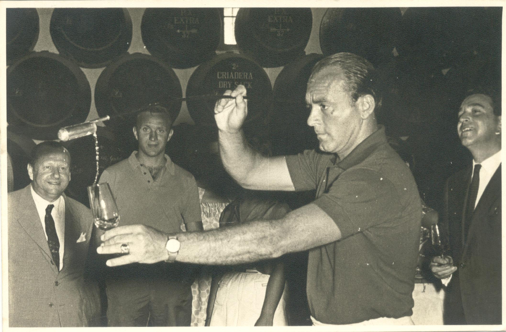 File En W & H Ltd Alfredo Di Stefano venenciando al fondo