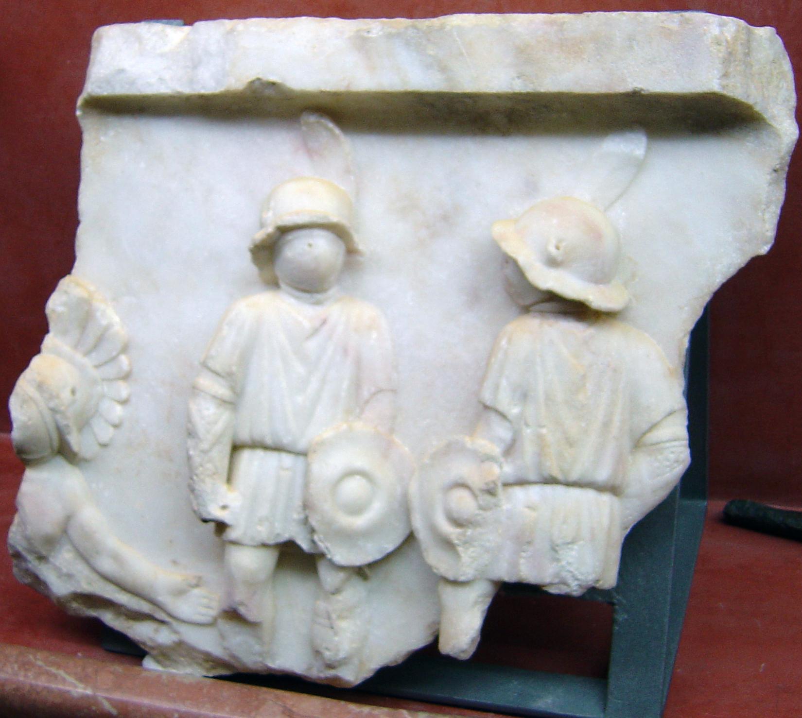 fronton-marmol-anfiteatro-romano-de-merida