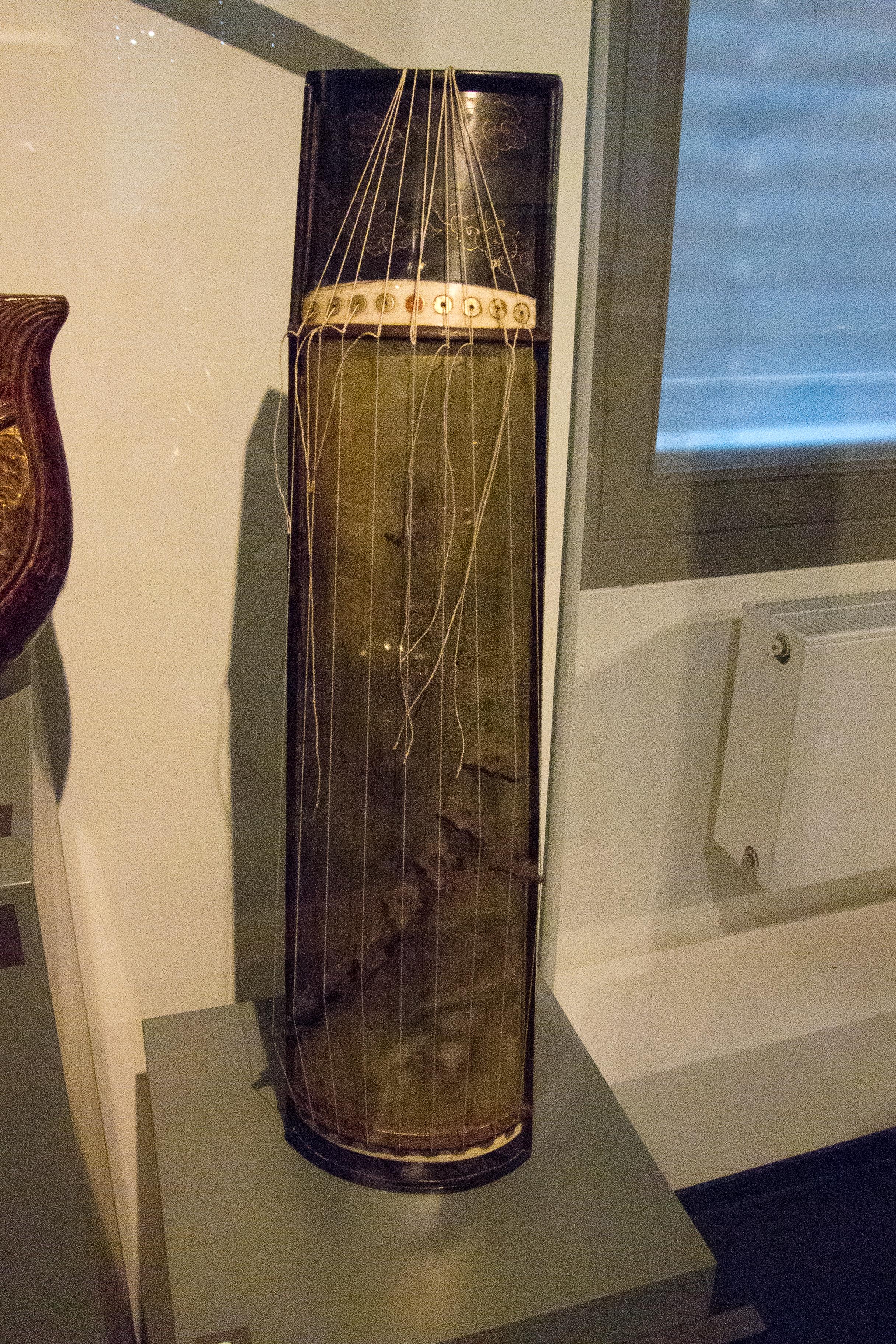 Description Guzheng (box zither), MfM.Uni-Leipzig.jpg