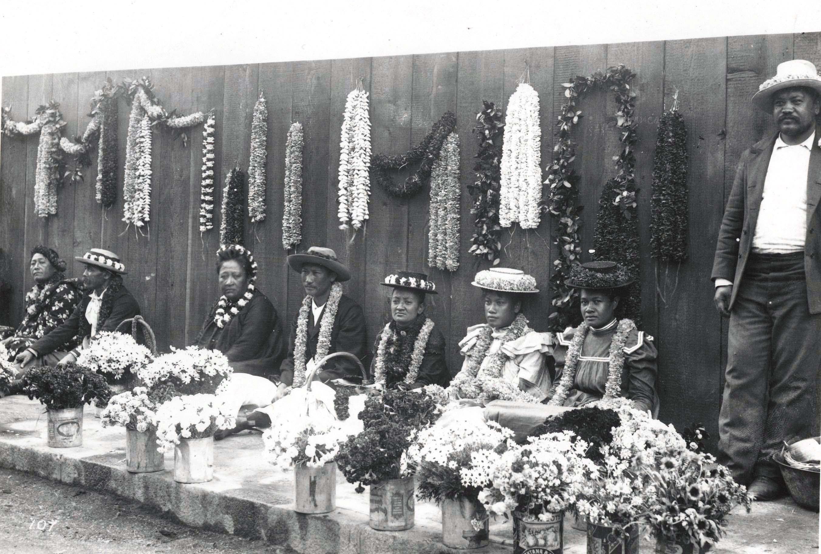 Filehawaiian lei venders c 1901g wikimedia commons filehawaiian lei venders c 1901g izmirmasajfo