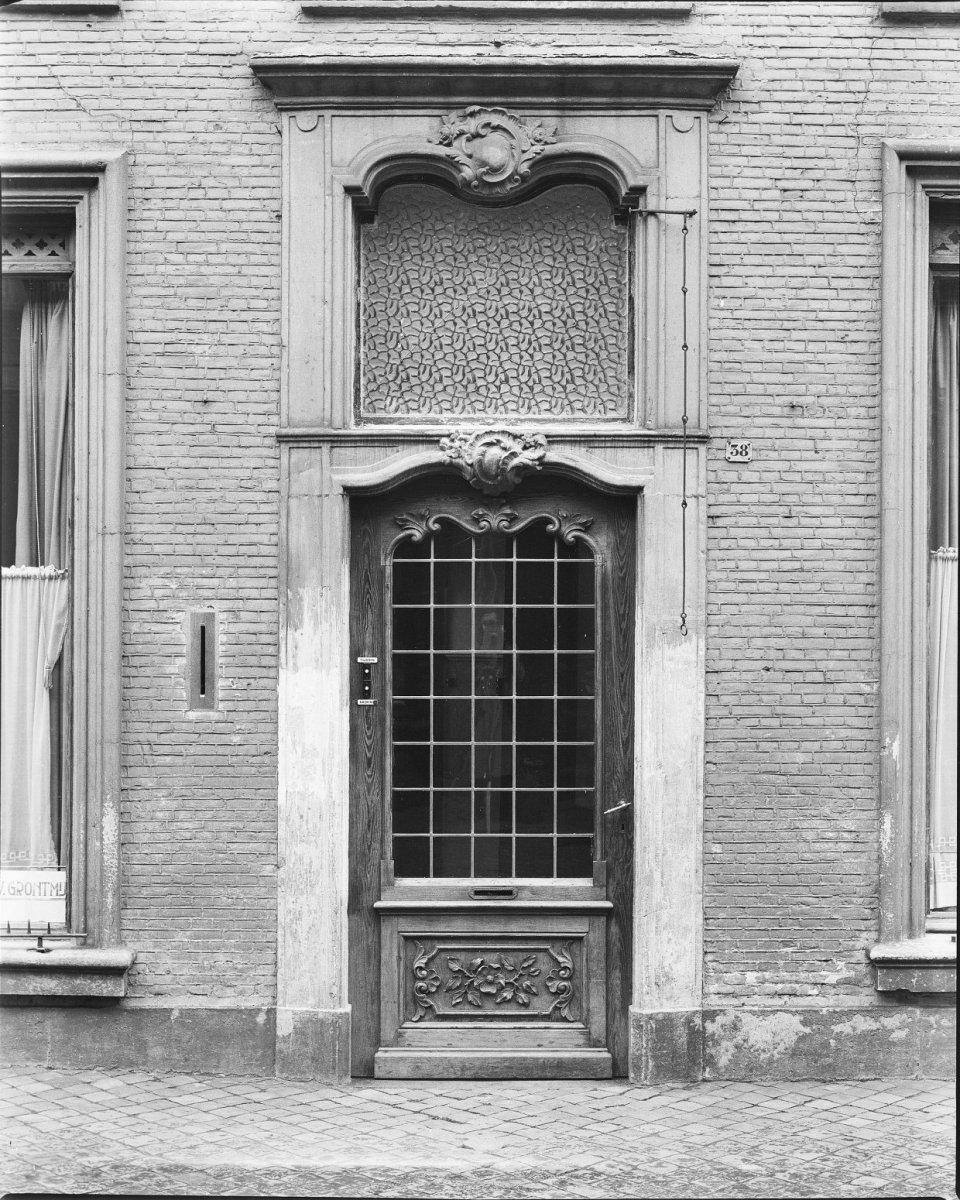 Huis met lijstgevel voorzien van een rijk gebeeldhouwde ingangsomlijsting met bovenlicht en - Garderobe stijl van lodewijk xv ...