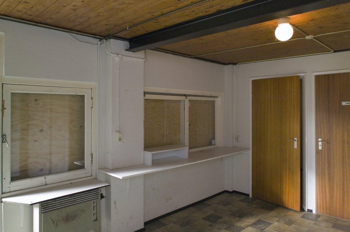 File:Interieur, overzicht kassaruimte, richting kassa luikjes ...