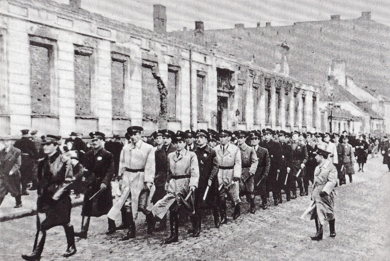 https://upload.wikimedia.org/wikipedia/commons/5/58/Jewish_Ghetto_Police_Warsaw_01.jpg