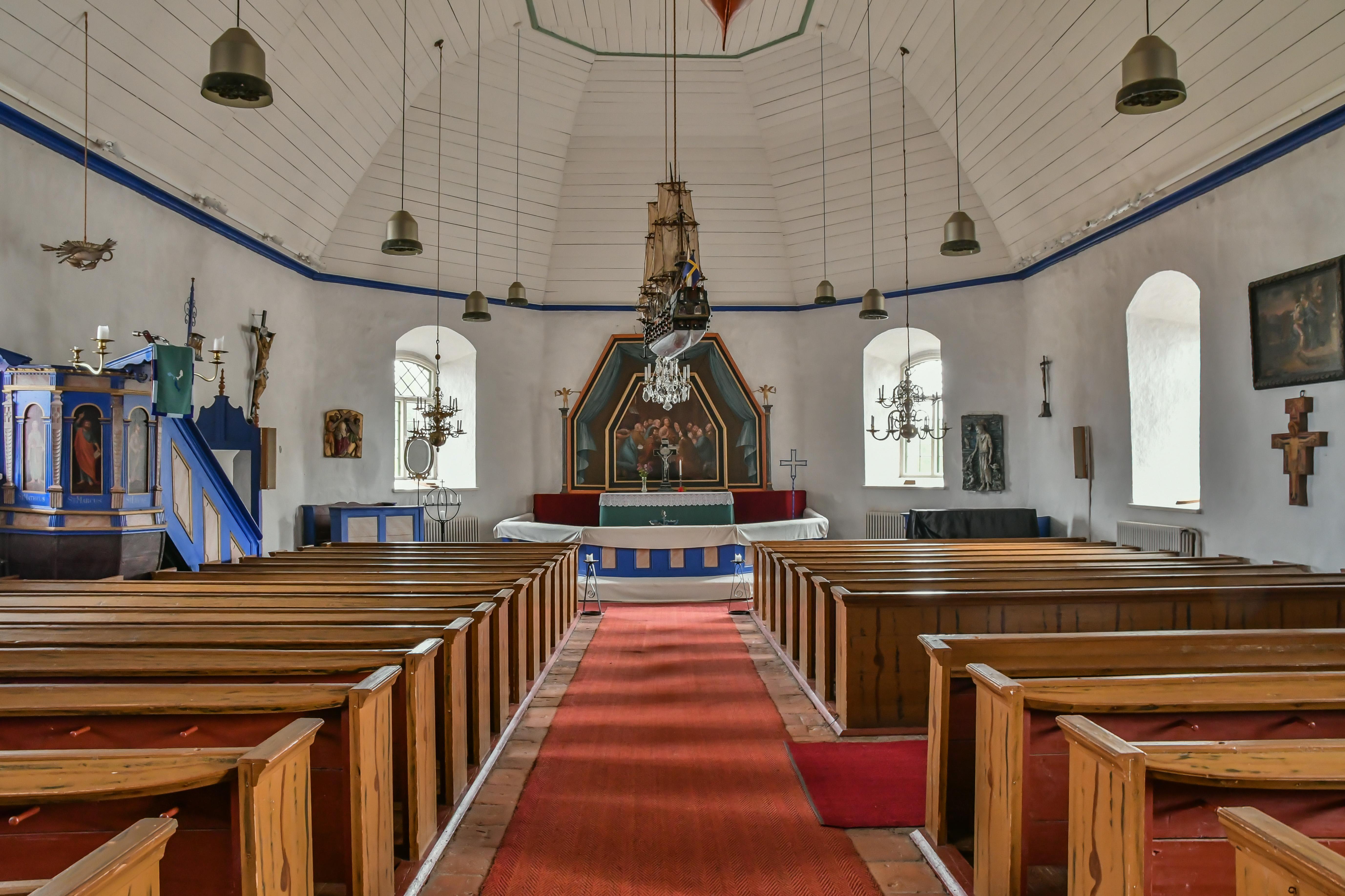 Kökarin kirkko sisältä.jpg