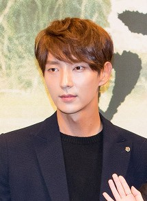 "Lee Jun-ki at ""Moon Lovers - Scarlet Heart Ryeo"" press conference, 24 August 2016 02.jpg"