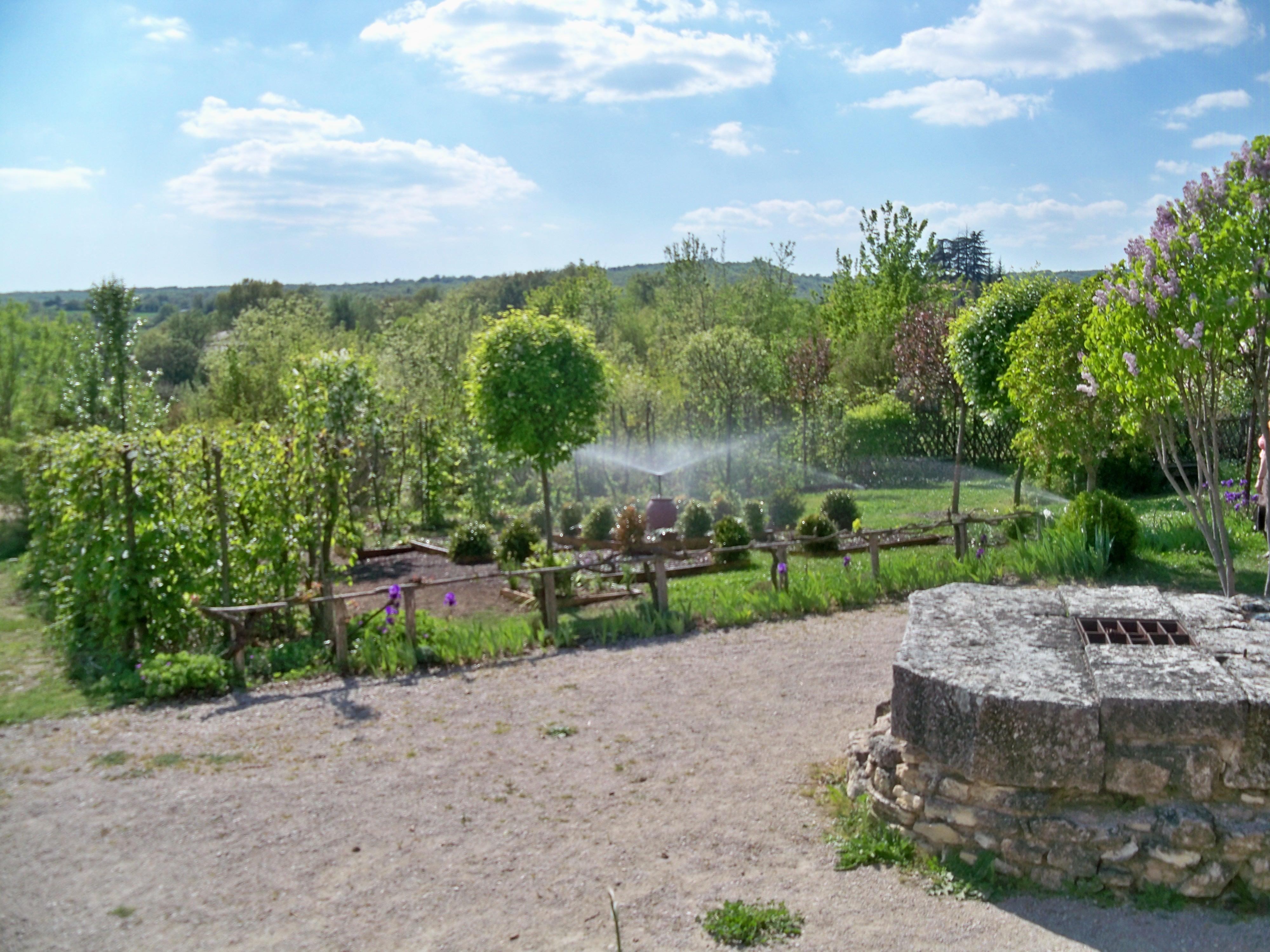 File:Mane - Prieuré de Salagon, jardin moderne.jpg ...
