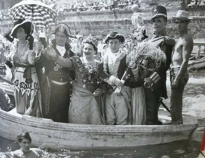 https://commons.wikimedia.org/wiki/File:Napoli,_Santa_Lucia,_la_%27Nzegna_(1953).jpg