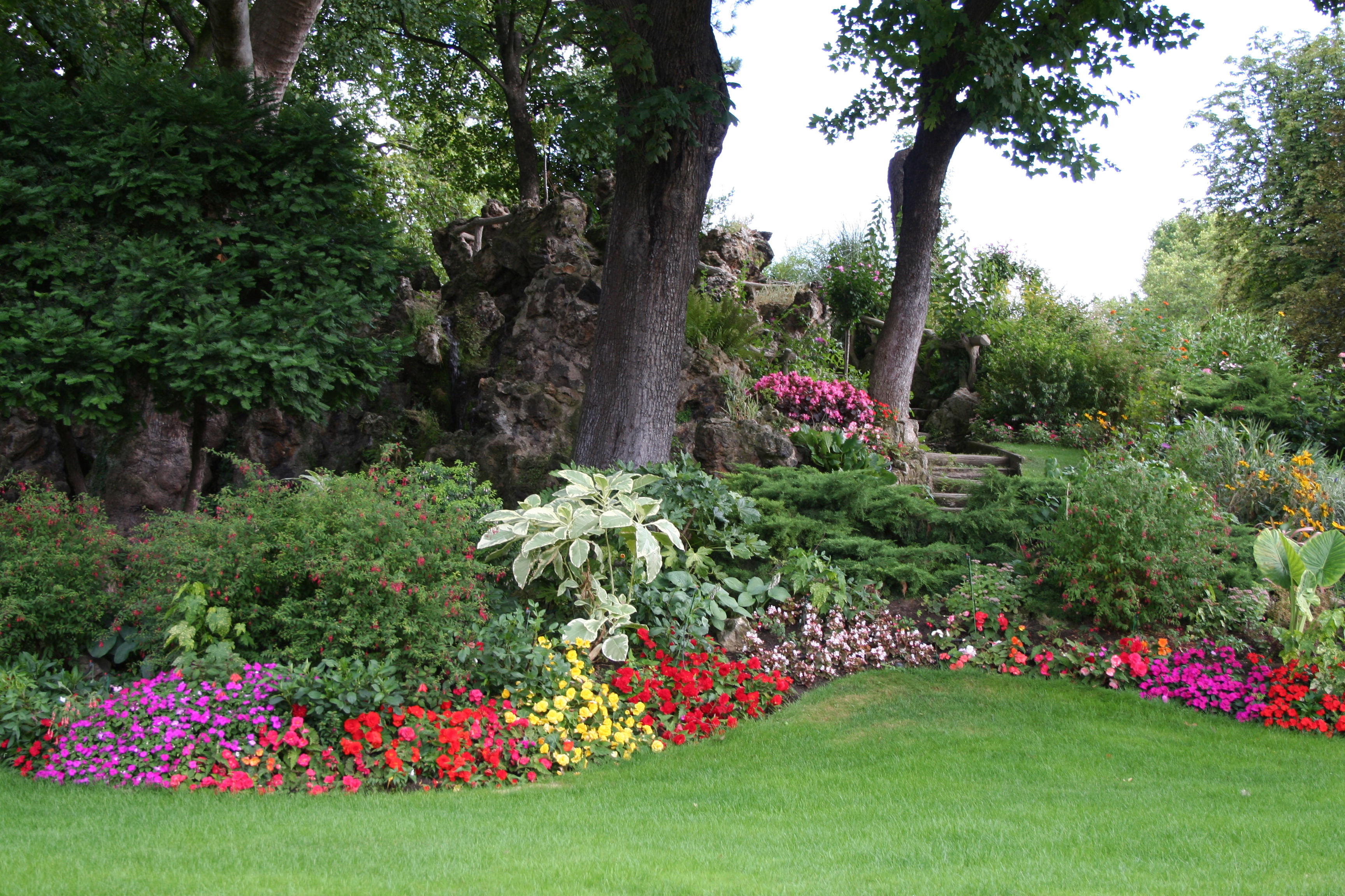 Landscaping ideas on pinterest flower beds drought for Beautiful flower beds