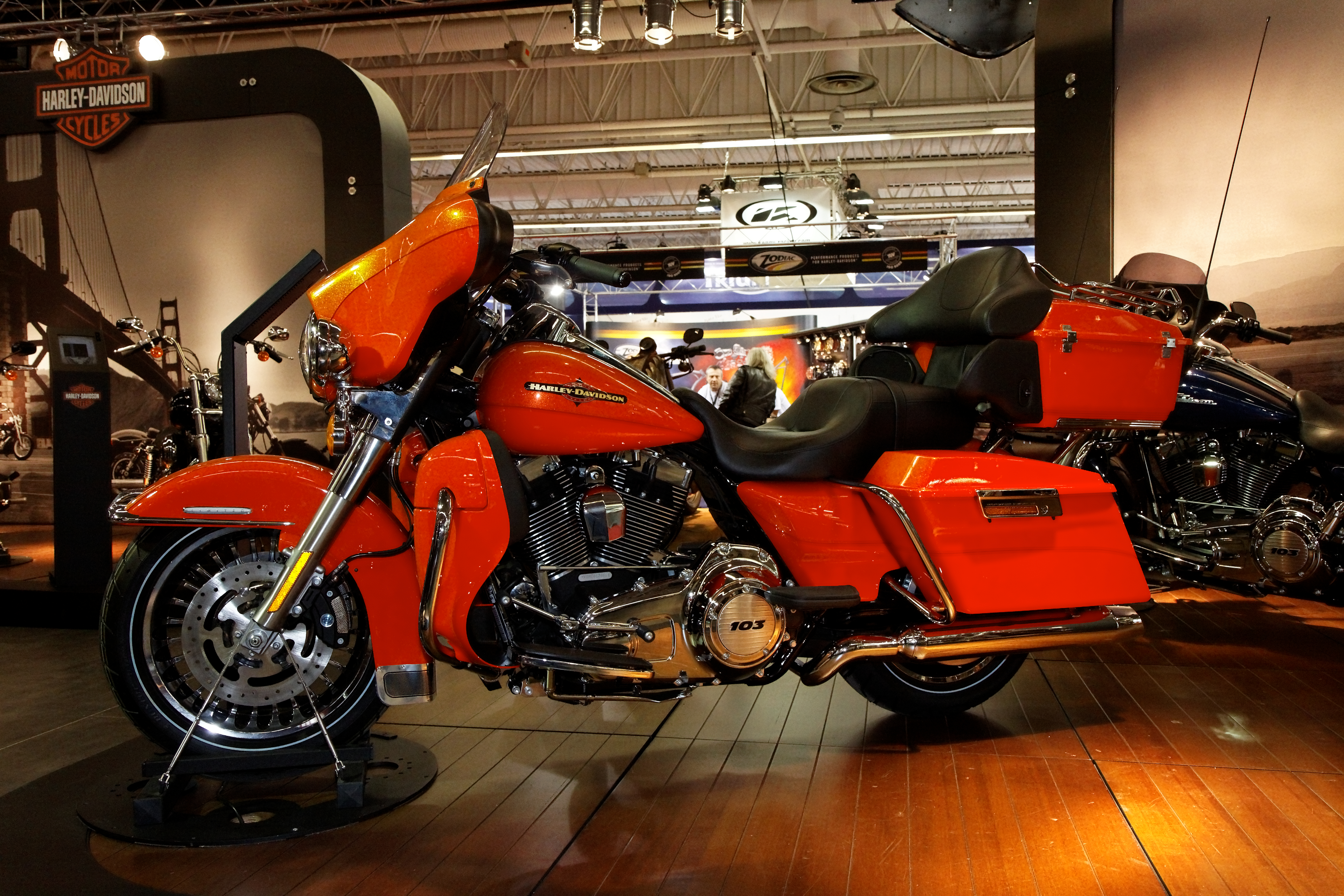 File:Paris - Salon de la moto 2011 - Harley-Davidson - FLHTK Electra