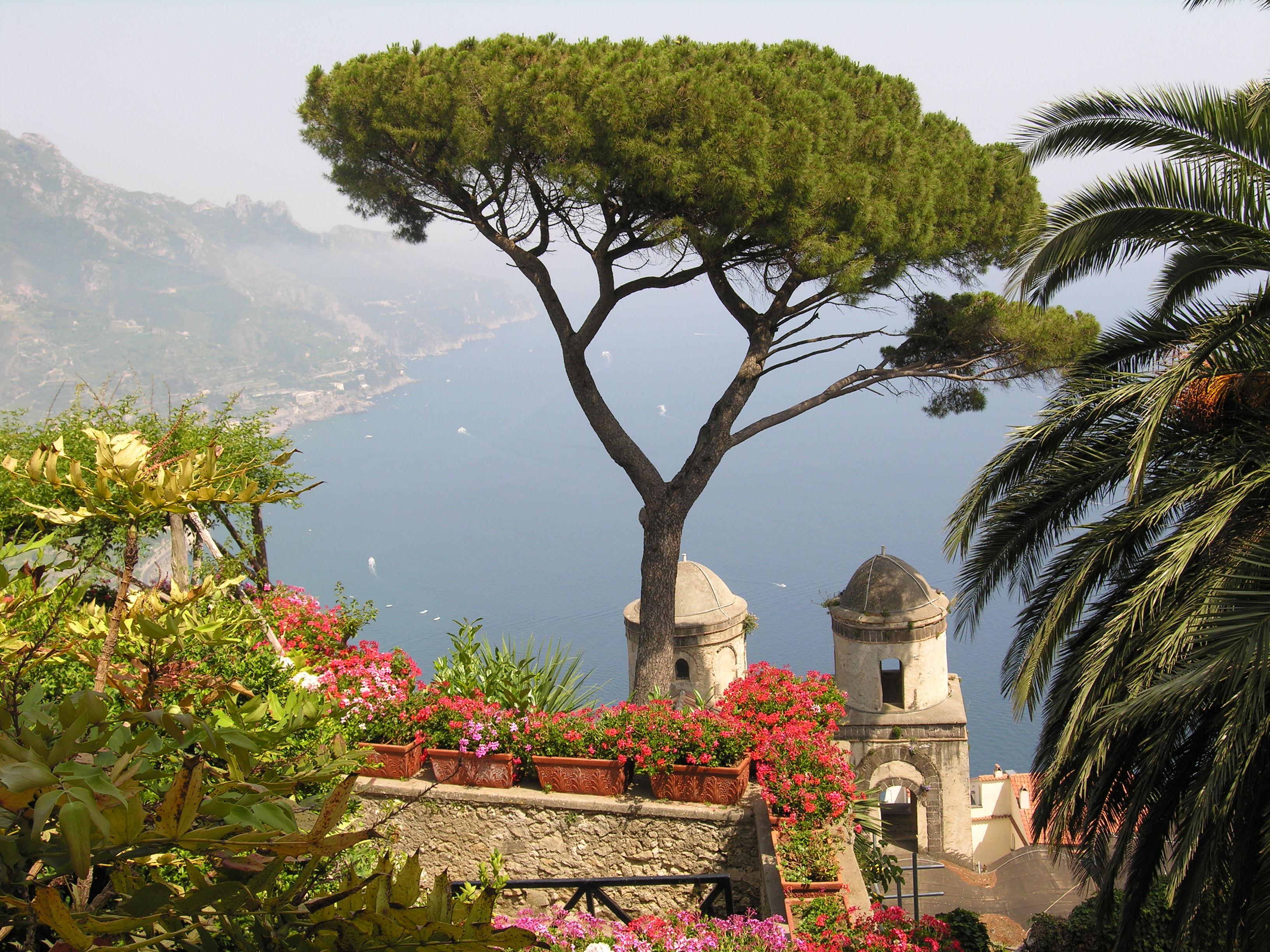 26fce79795d3f ساحل أمالفي من جانب رافيلو، وهو أحد أشهر الوجهات السياحية في إيطاليا.