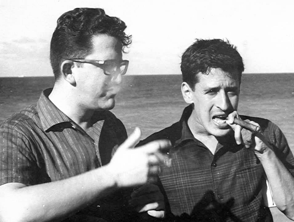 Roque Dalton (derecha) junto a Heberto Padilla en La Habana.
