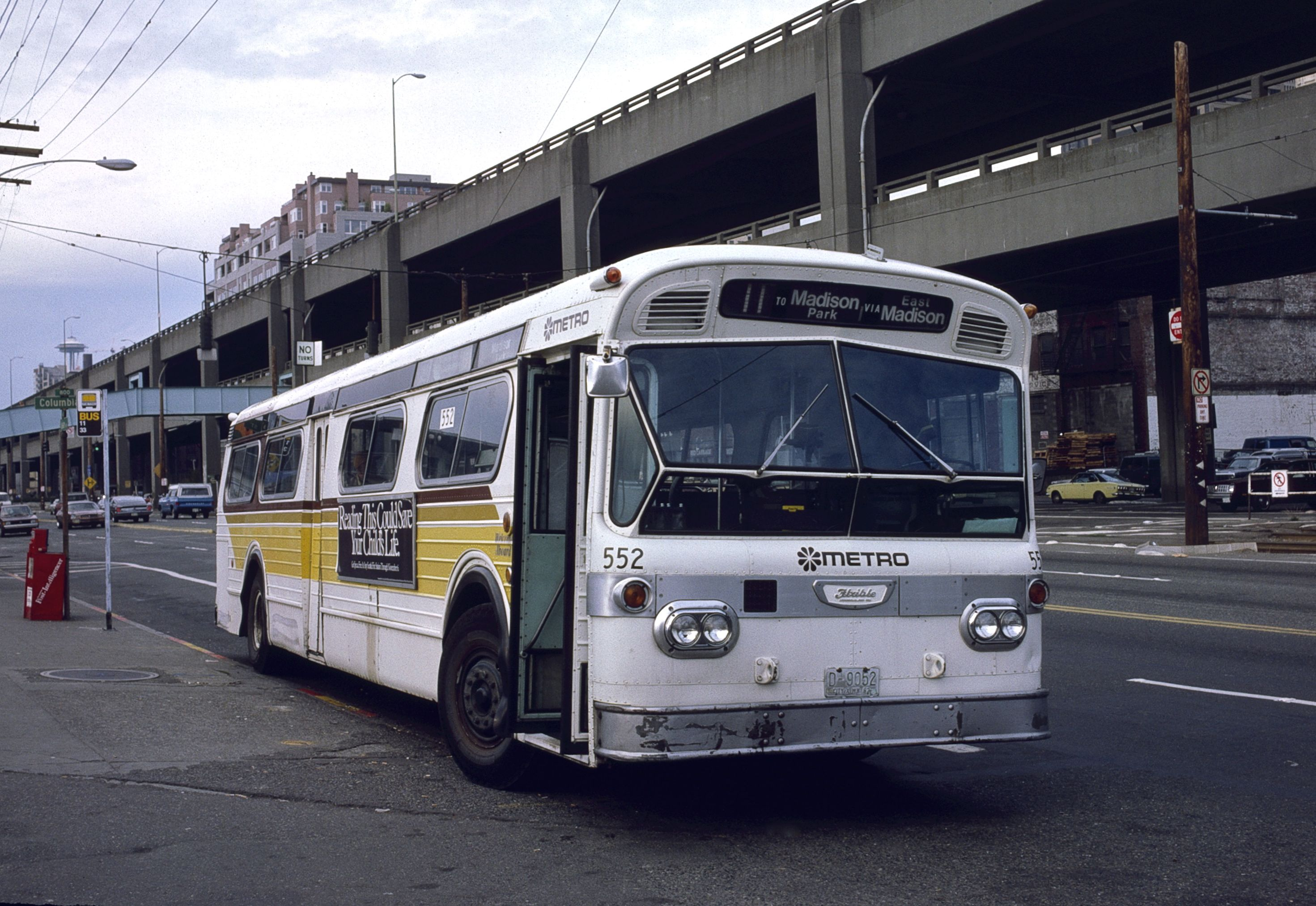 File Seattle Flxible Bus 552 On Alaskan Way In 1985 Jpg
