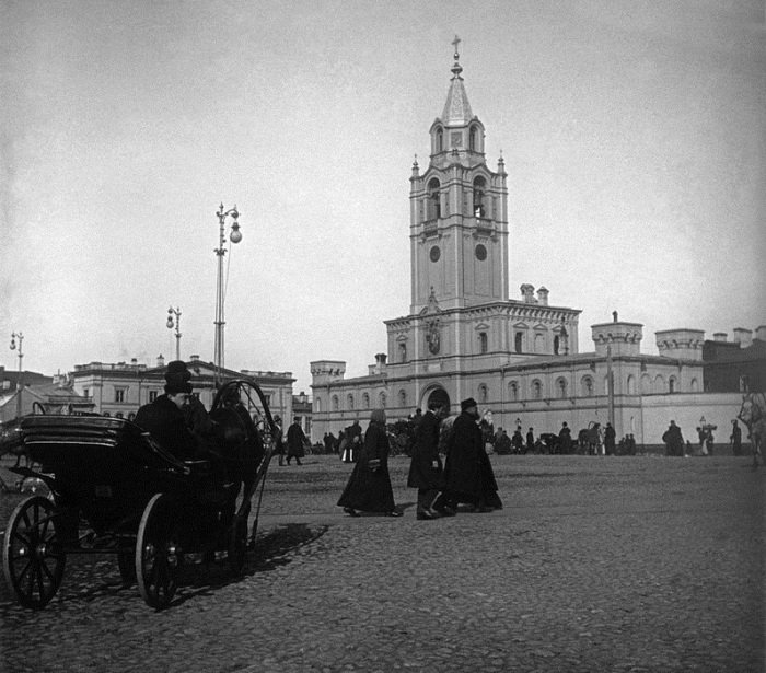 https://upload.wikimedia.org/wikipedia/commons/5/58/Strastnoy_Monastery_1910s.jpg