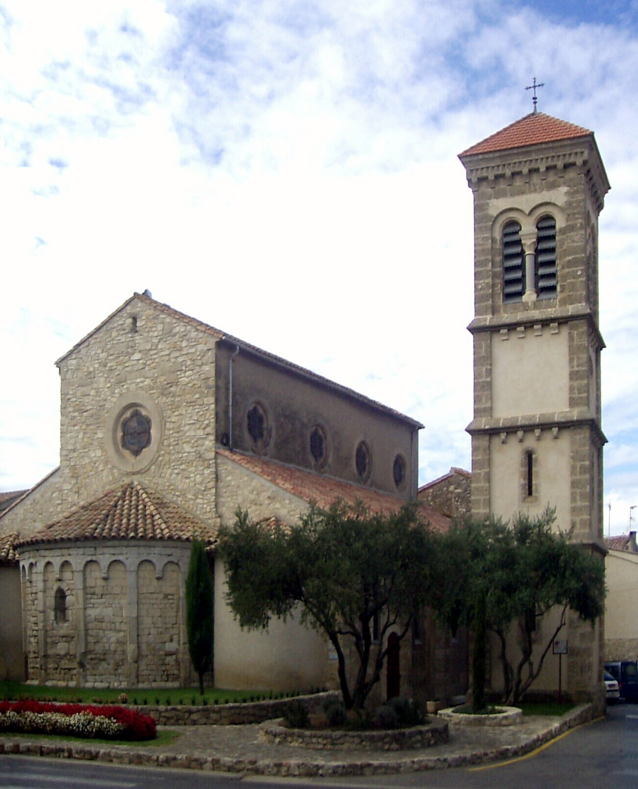 http://upload.wikimedia.org/wikipedia/commons/5/58/Vinassan,_Eglise_Saint-Martin.jpg