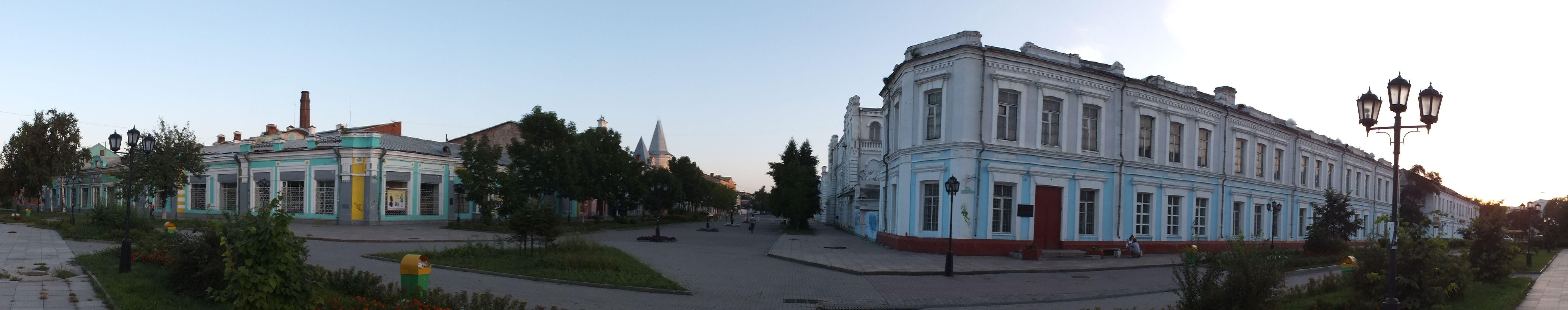 Историческая застройка «Старого города», слева магазин купца Чурина, здание с башней — торговый дом «Кунст и Альберс»