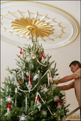 2006 Blue Room Christmas tree - being decorated