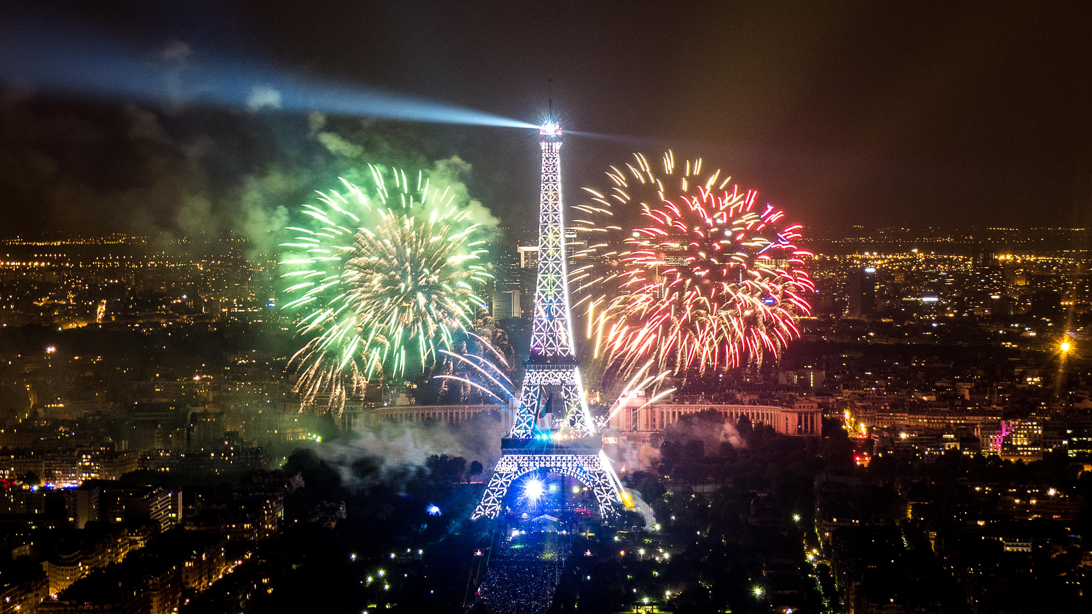 file:2013 fireworks on eiffel tower 12 - wikimedia commons