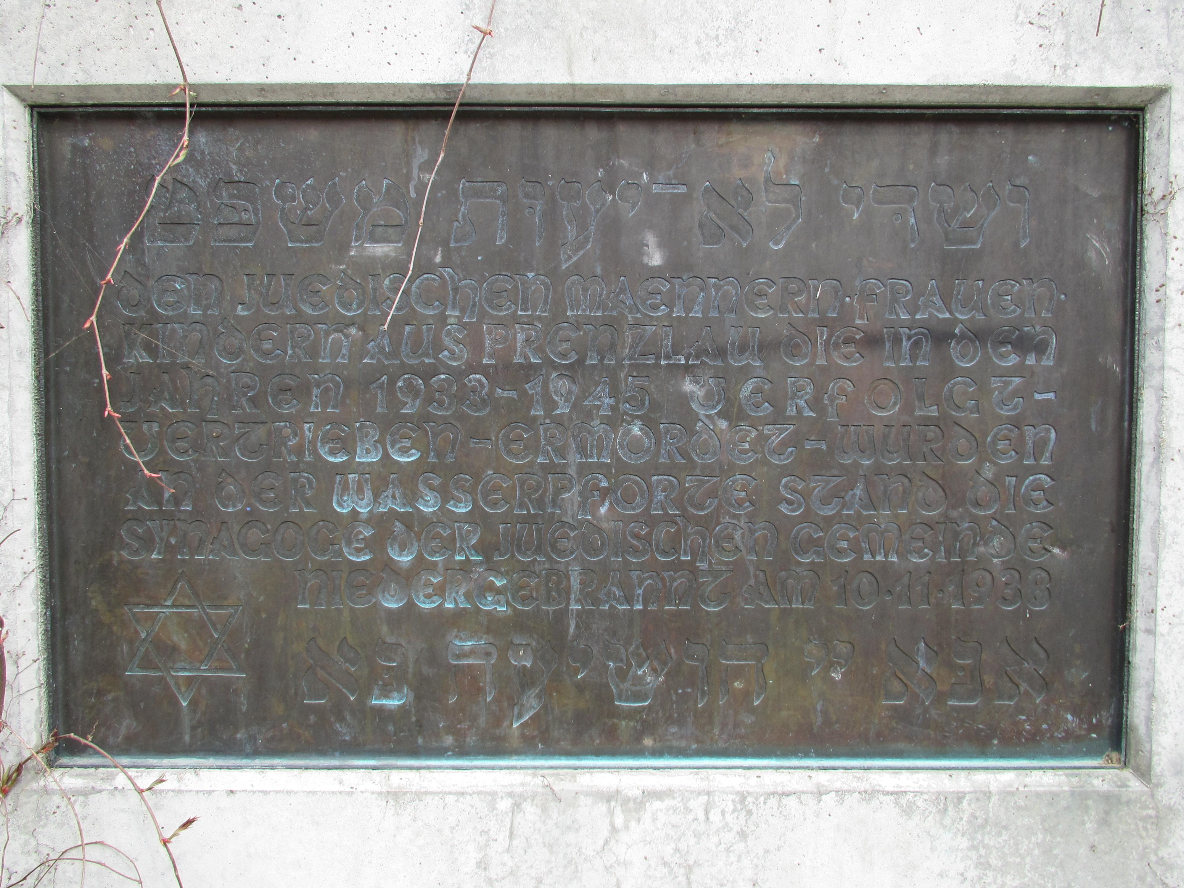 https://upload.wikimedia.org/wikipedia/commons/5/59/20150425_xl_3881-Prenzlau_den_Grundrissen_von_Synagoge_und_Rabbinerhaus_nachempfundene_Terrassenanlage_sowie_Gedenktafeln.JPG