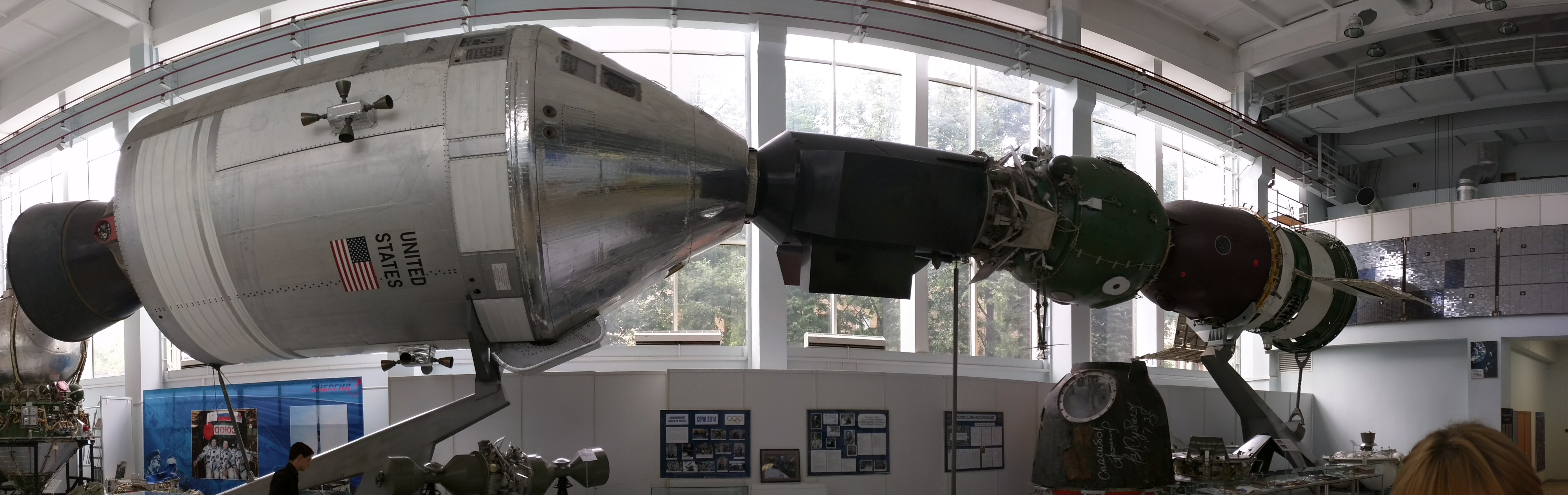 https://upload.wikimedia.org/wikipedia/commons/5/59/Apollo-Soyuz_display_at_the_RKK_Energia_Museum.jpg