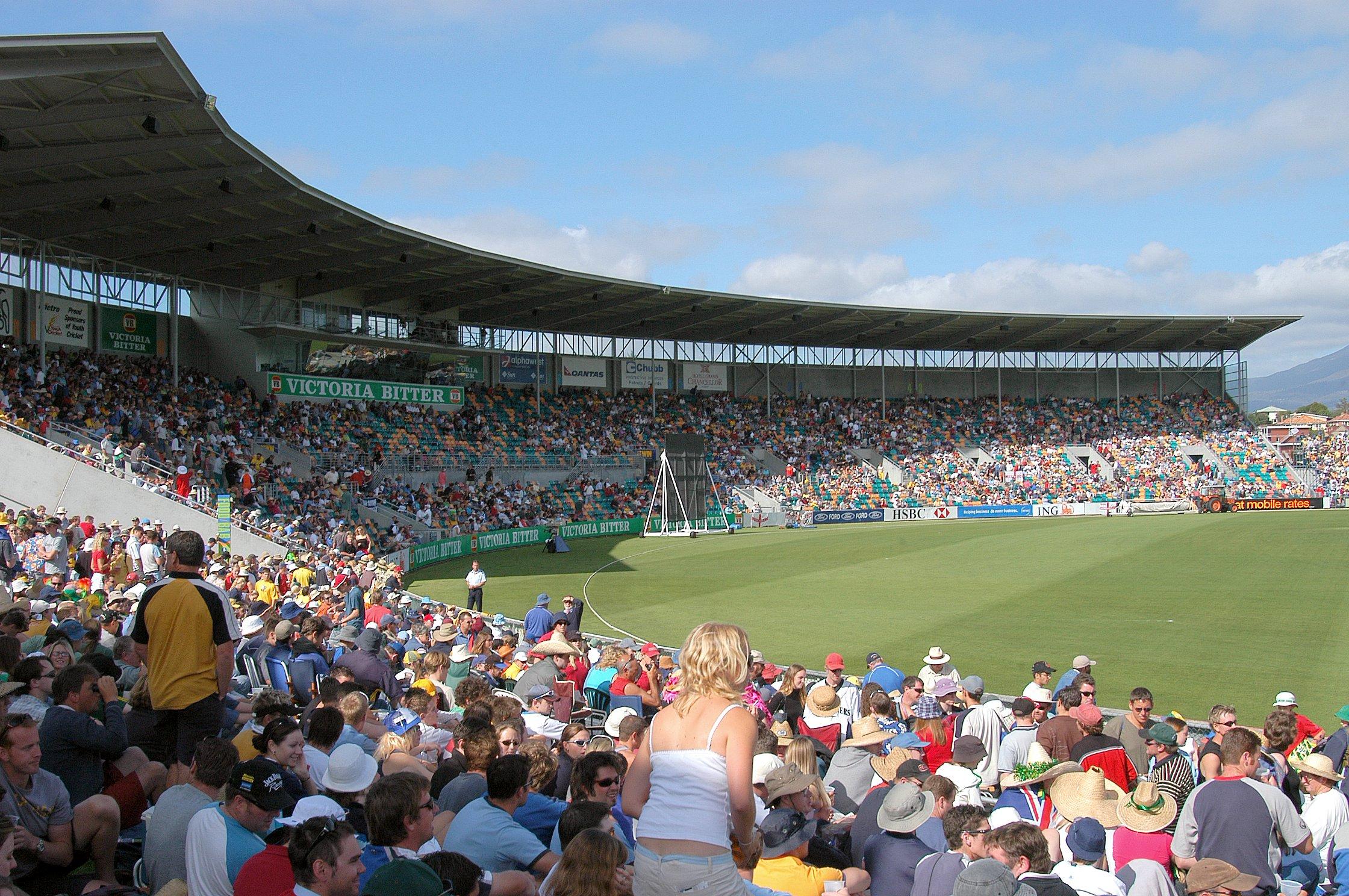 Eine Menschenmenge in einem Stadion