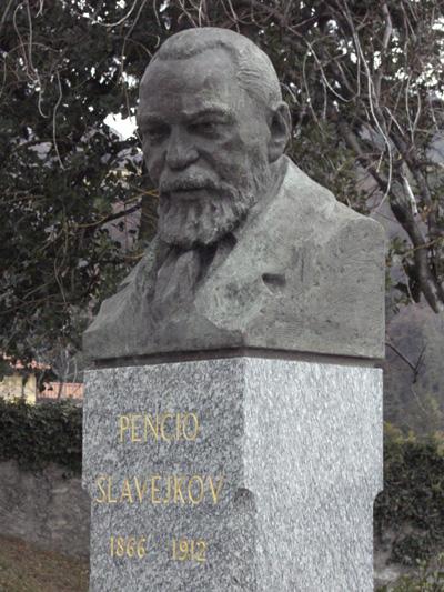 https://upload.wikimedia.org/wikipedia/commons/5/59/Busto_Pencio_Slavejkov.jpg