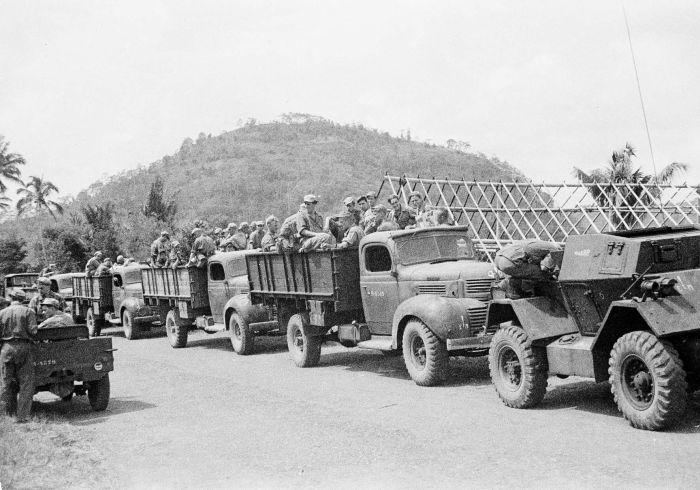Berkas:COLLECTIE TROPENMUSEUM Militaire kolonne tijdens de eerste politionele actie TMnr 10029135.jpg