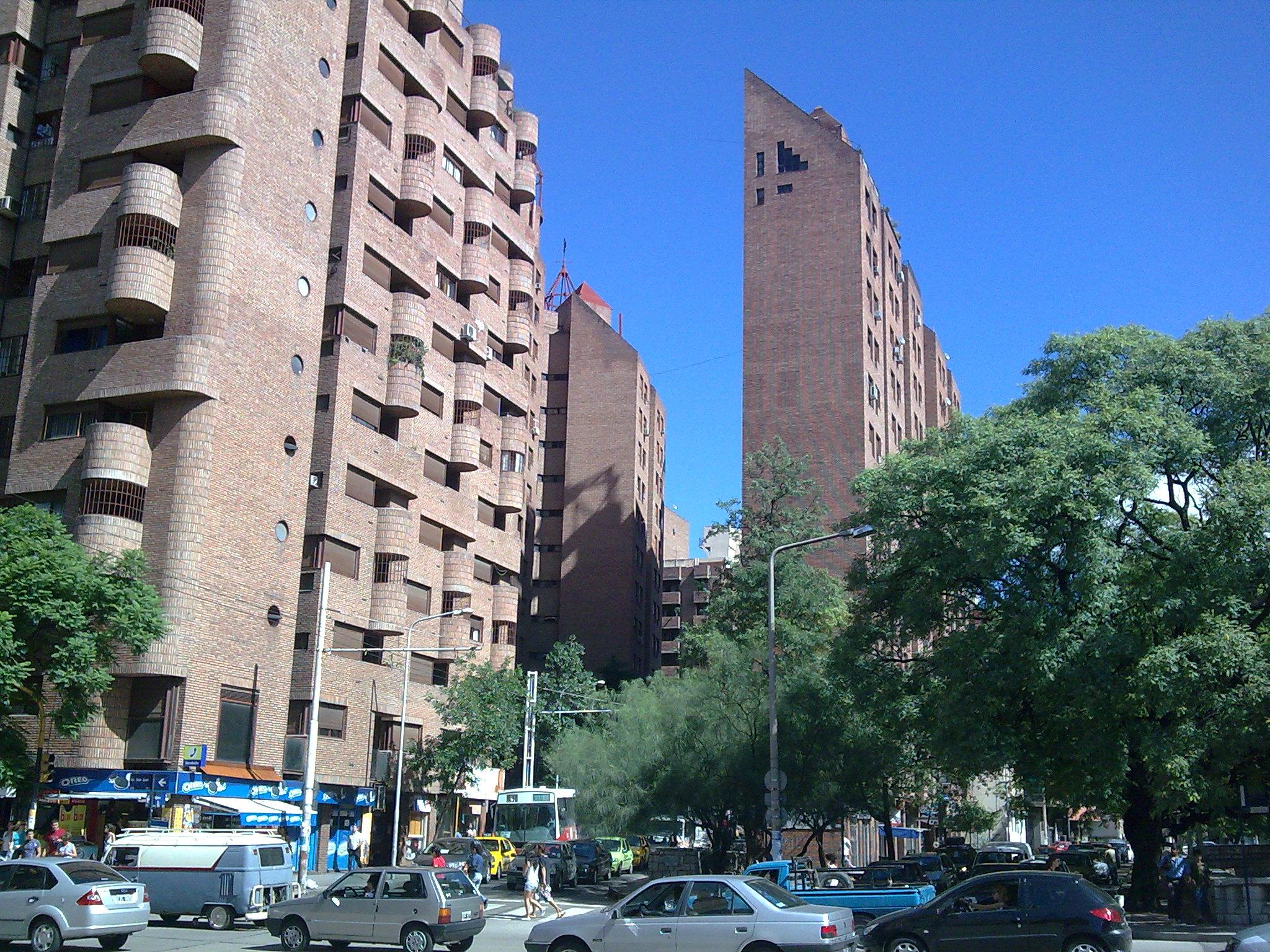Edificios del barrio Güemes. Se caracterizan por su acabado en Ladrillo visto, estilo implantado por el arquitecto José Ignacio Díaz.