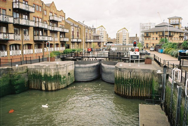 File:Limehouse Basin Entrance Lock - geograph.org.uk - 129004.jpg