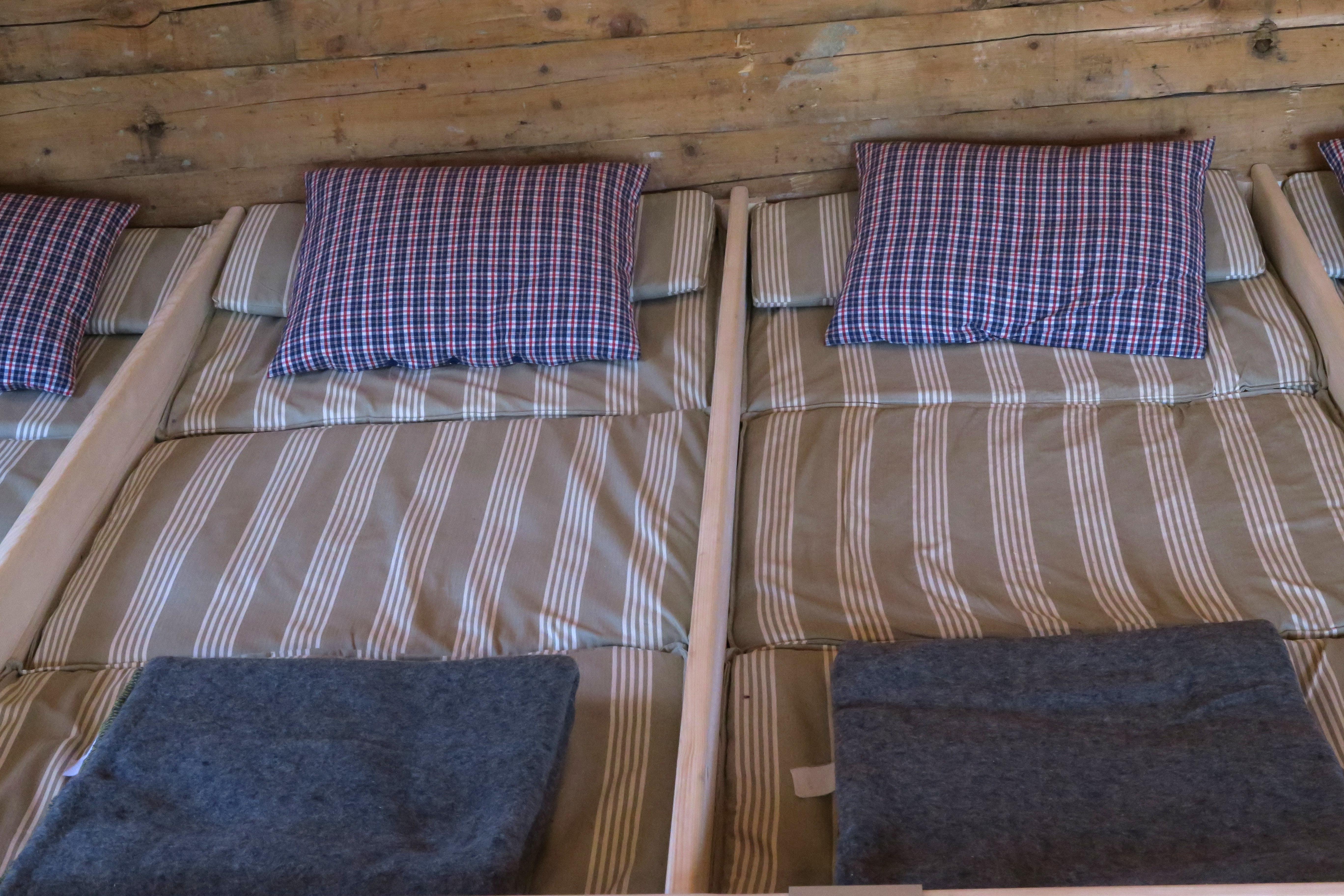 Matratzenlager  File:Matratzenlager in Berghütte.jpg - Wikimedia Commons